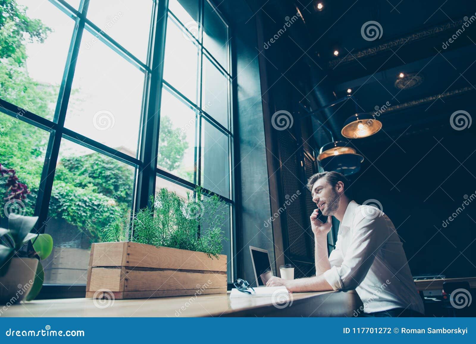 Niskiego kąta widok pomyślny młody człowiek, mieć biznesowego conv