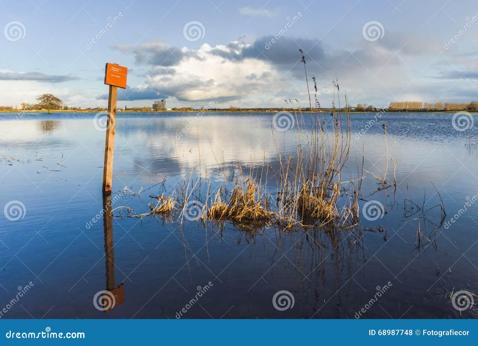 Nivel del agua de levantamiento en los terrenos de aluvión del río IJssel, con