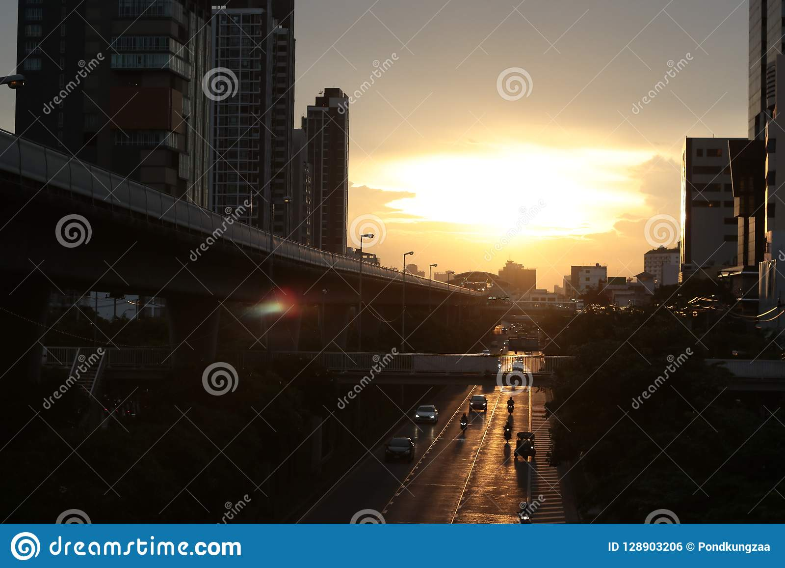Nivelando o céu da cor do ouro do nascer do sol e nebuloso os povos vão em casa vista superior no estação de caminhos de ferro do
