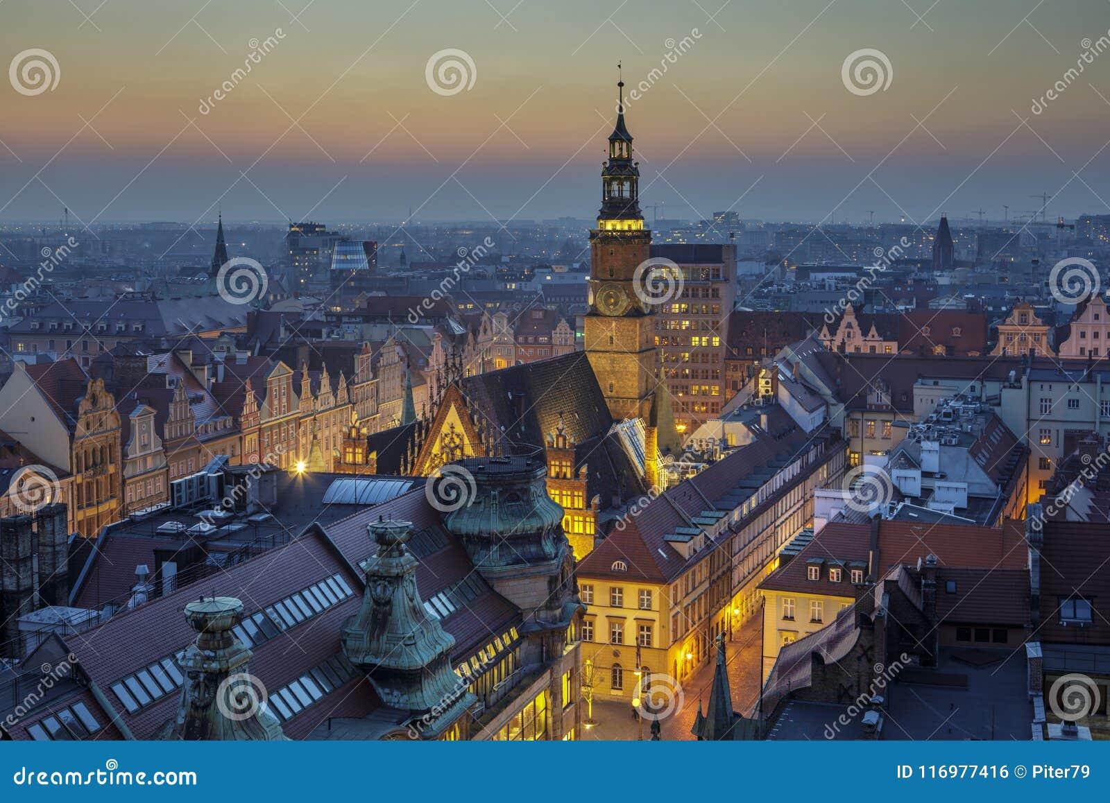 Nivelando sobre o mercado da cidade de Wroclaw, vista na câmara municipal - Wroclaw, Polônia