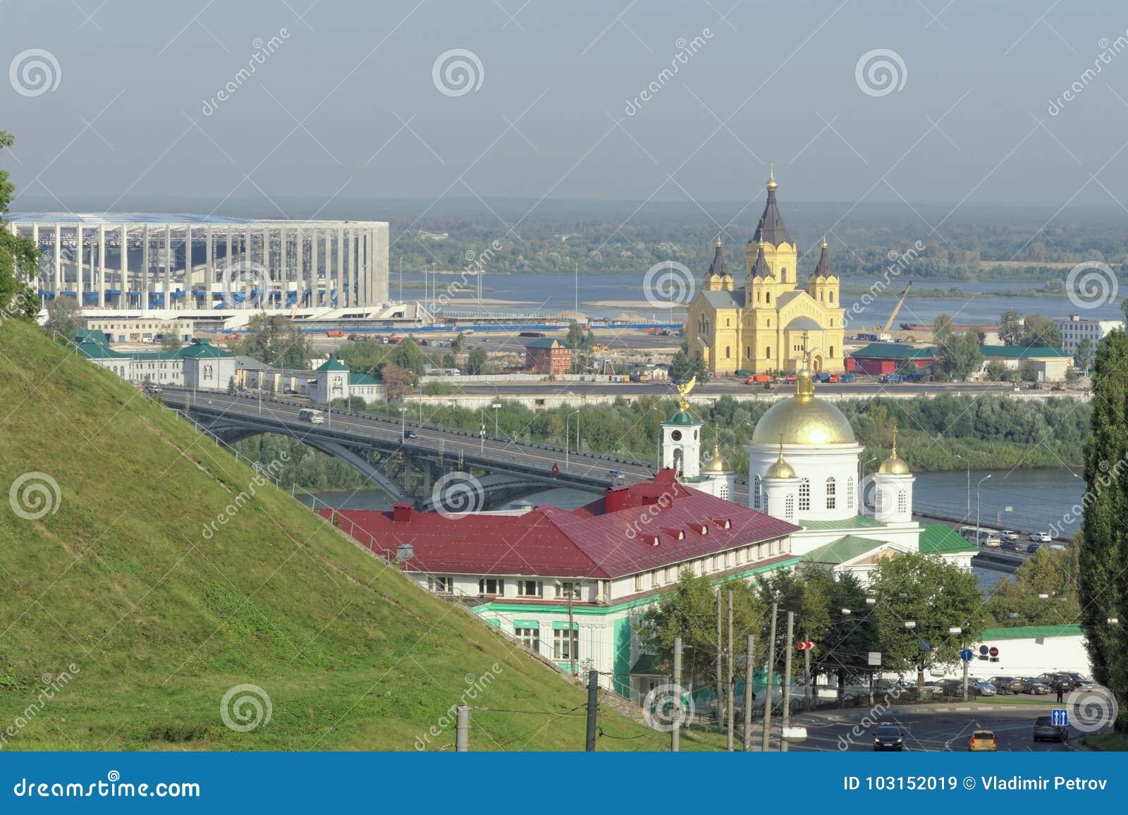 Nizhny Novgorod, Rússia - 13 de setembro 2017 Vista do banco alto do Oka ao seminário teológico de Nizhny Novgorod,