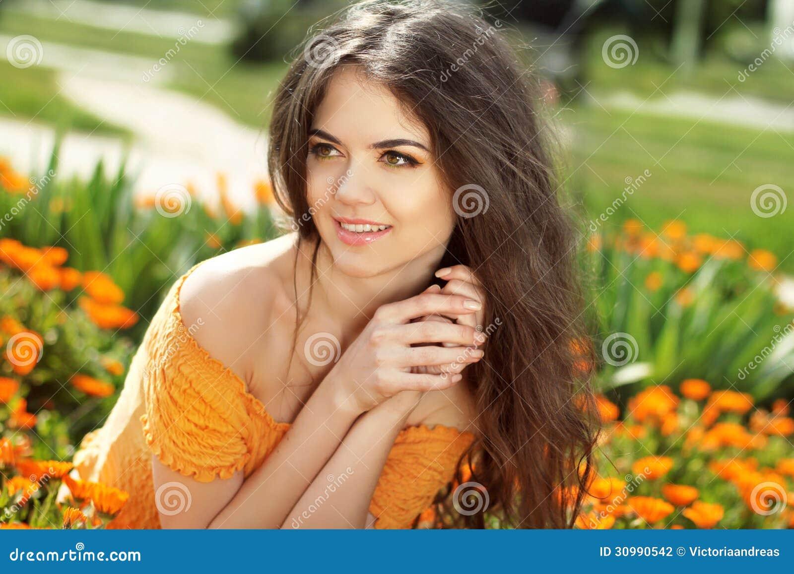 Njutning. Lycklig le brunettkvinna med near framsidaembr för armar