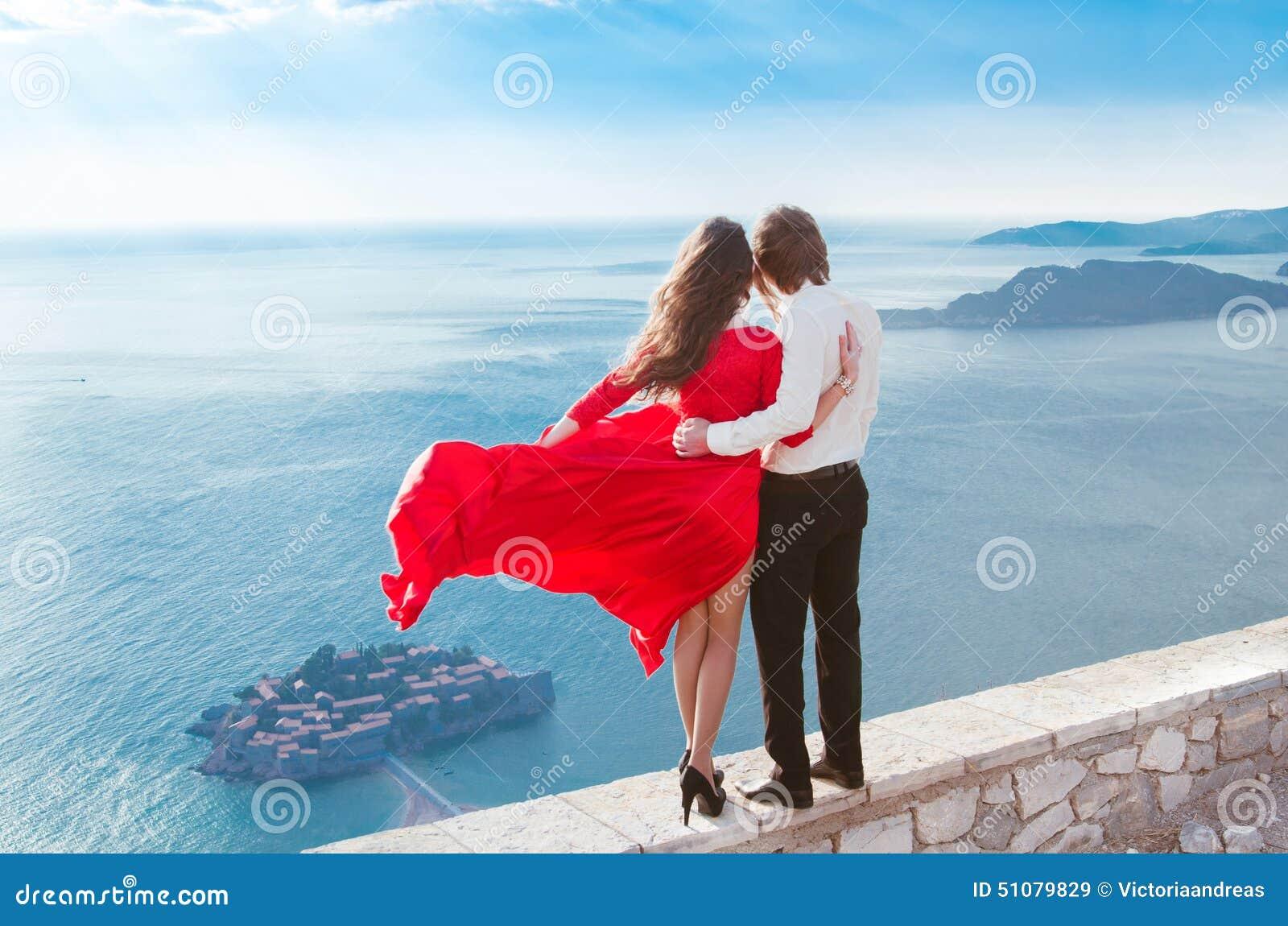 Njutning Romantiska par som ser på det blåa havet Förälskelse Modegi