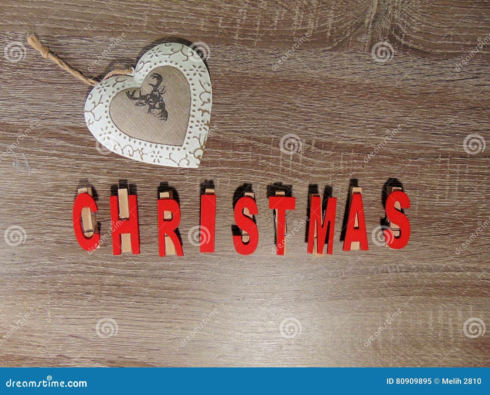 Noël écrit en rouge avec la décoration