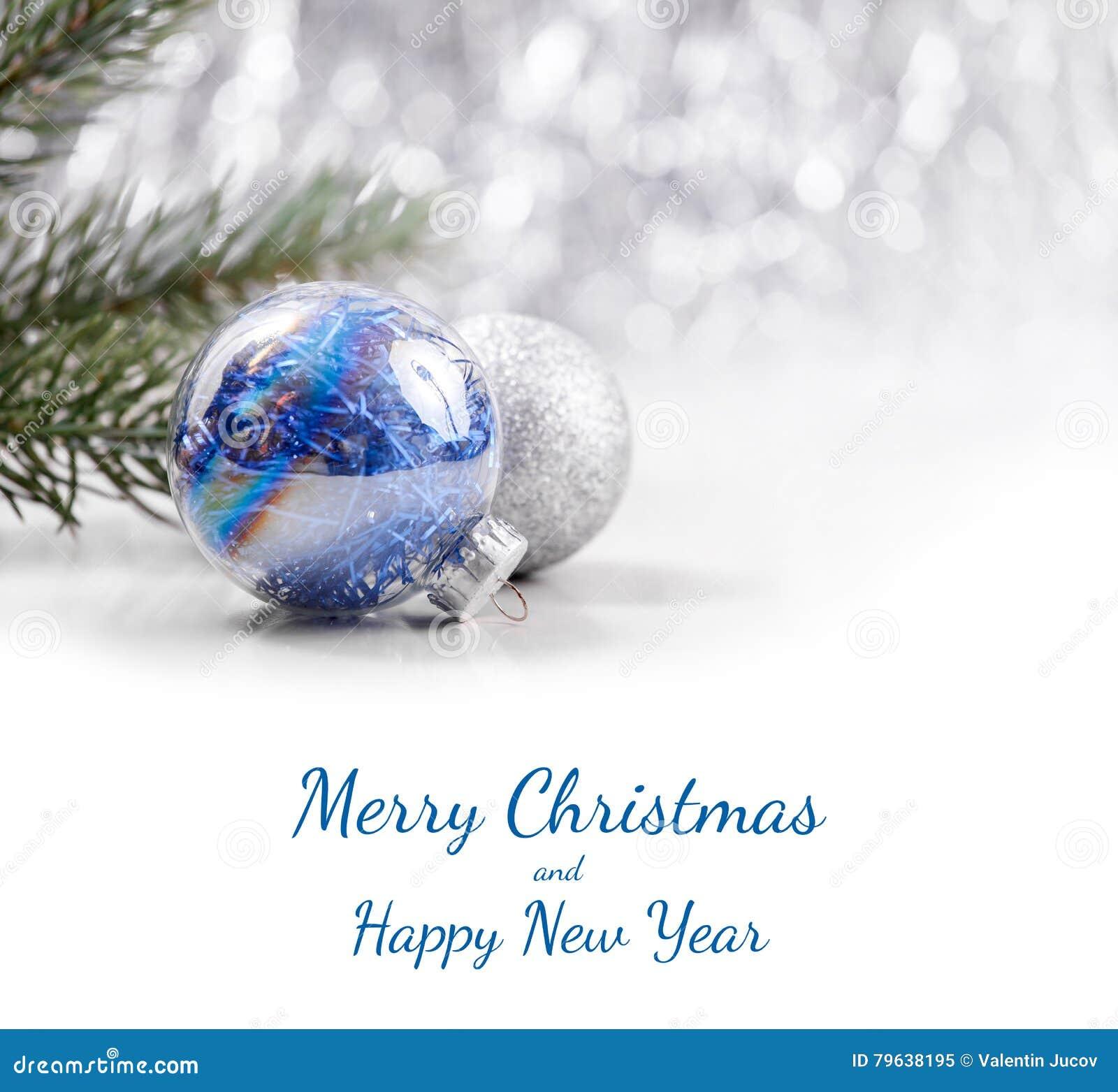 Noël argenté et bleu ornemente des boules sur le fond de bokeh de scintillement avec l espace pour le texte Noël et bonne année