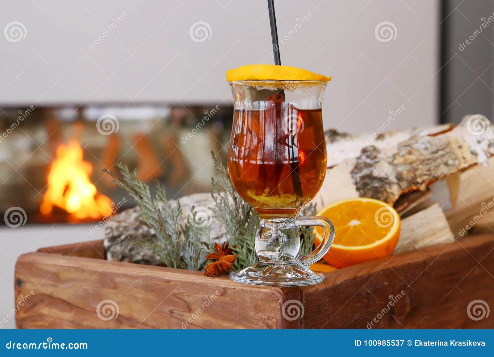Noël a chauffé le cidre de pomme avec des épices cannelle, clous de girofle, anis et miel sur la table rustique, boisson traditio
