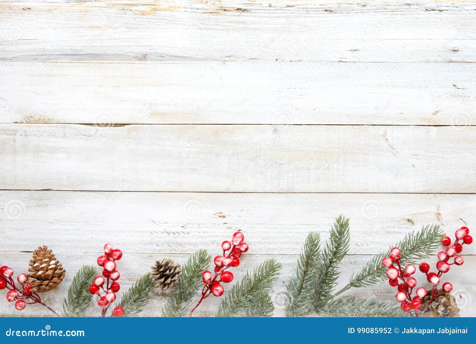 Noël décorant les éléments et l ornement rustiques sur la table en bois blanche avec le flocon de neige