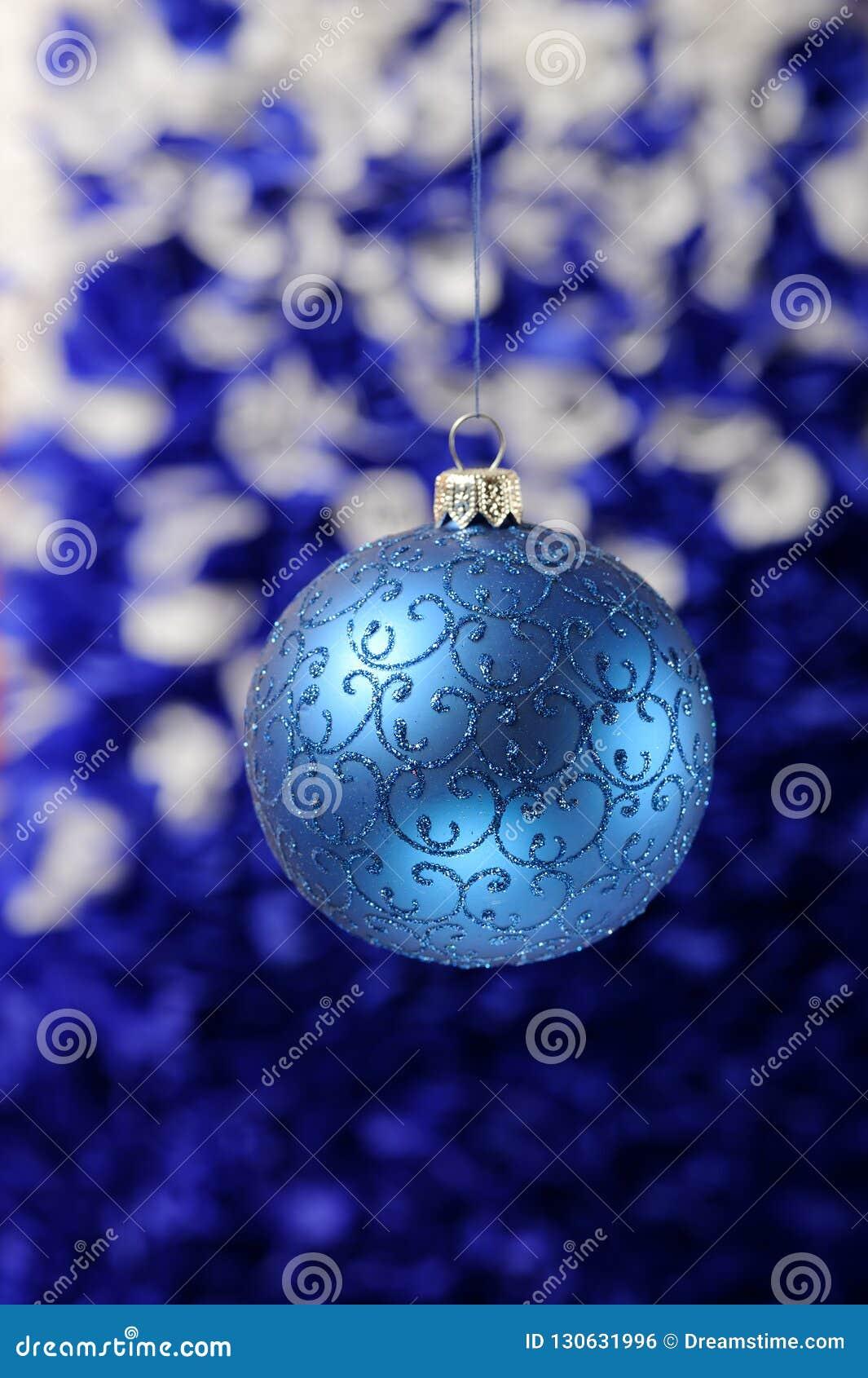 Noël et la nouvelle année joue des décorations sur le fond vibrant de scintillement