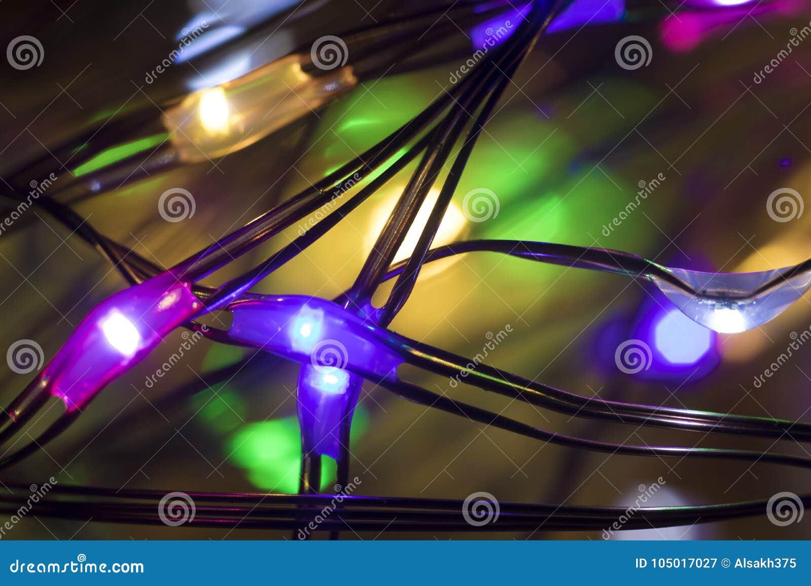 Noël a mené la guirlande multicolore avec des lumières à l intérieur d haut très étroit de baisses