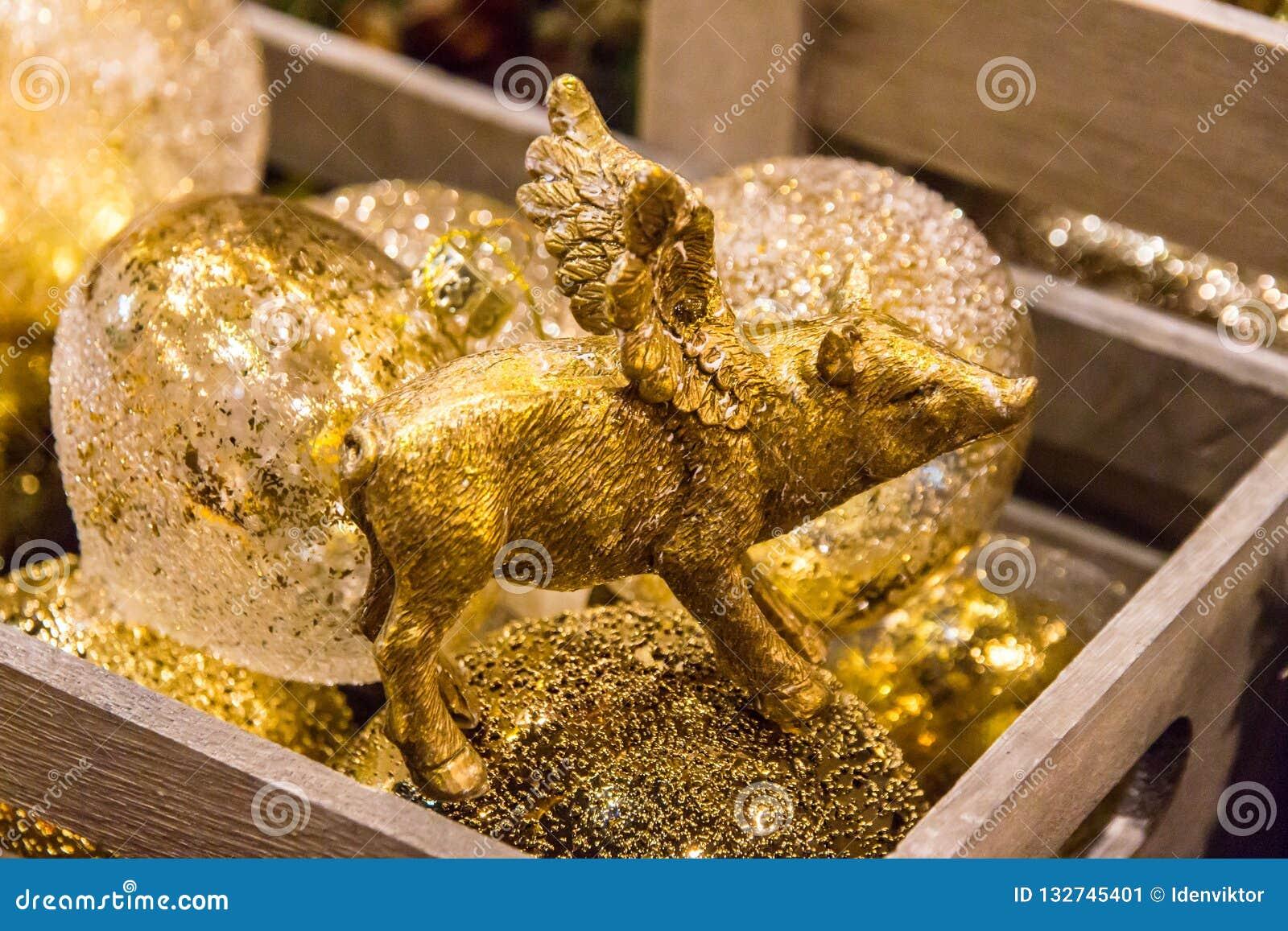 Noël, porc jaune d or de nouvelle année avec des décorations se ferment