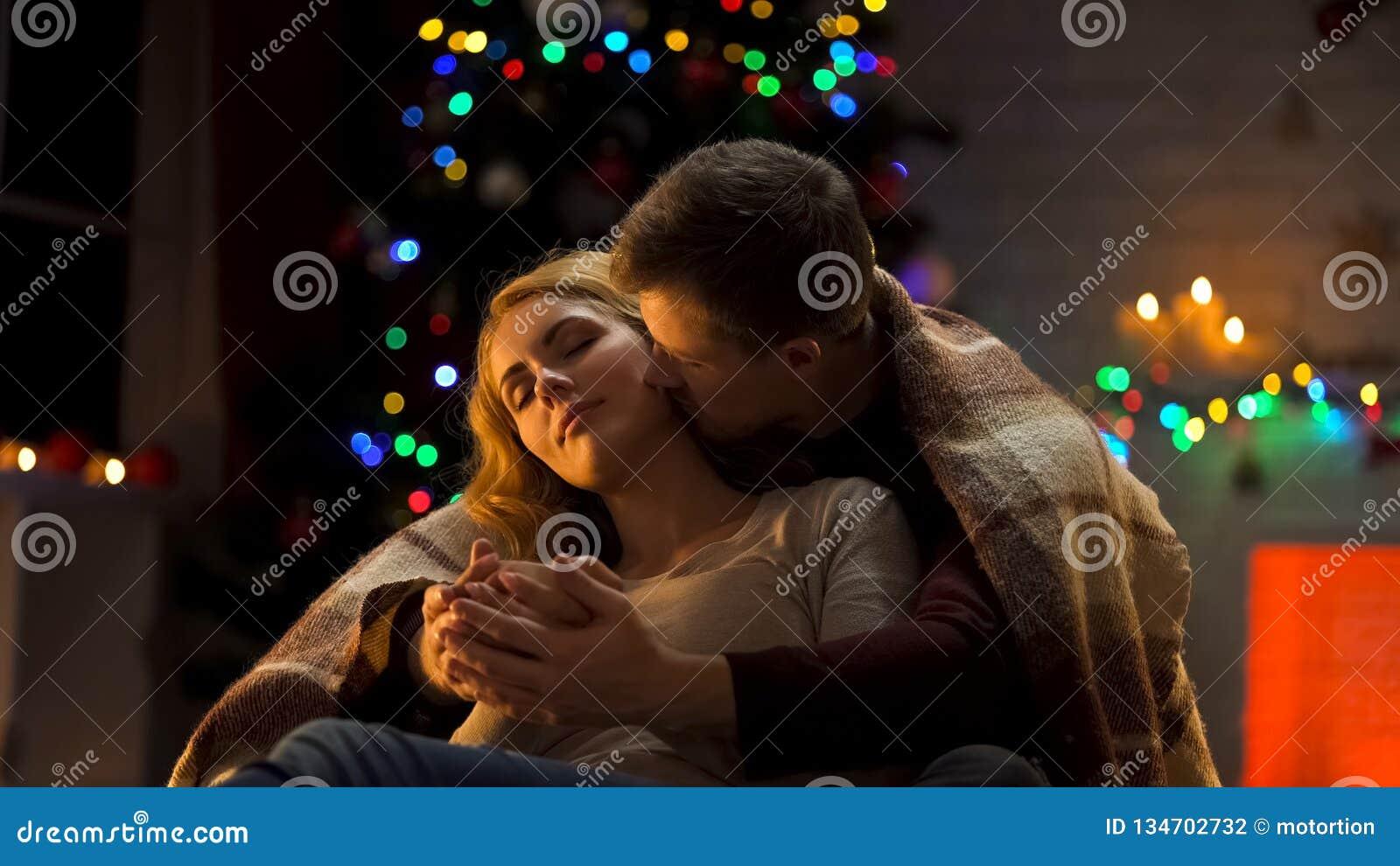 Noël tendre de dépense de couples ensemble, mains mettantes en forme de tasse de dames d homme et baisers de elle