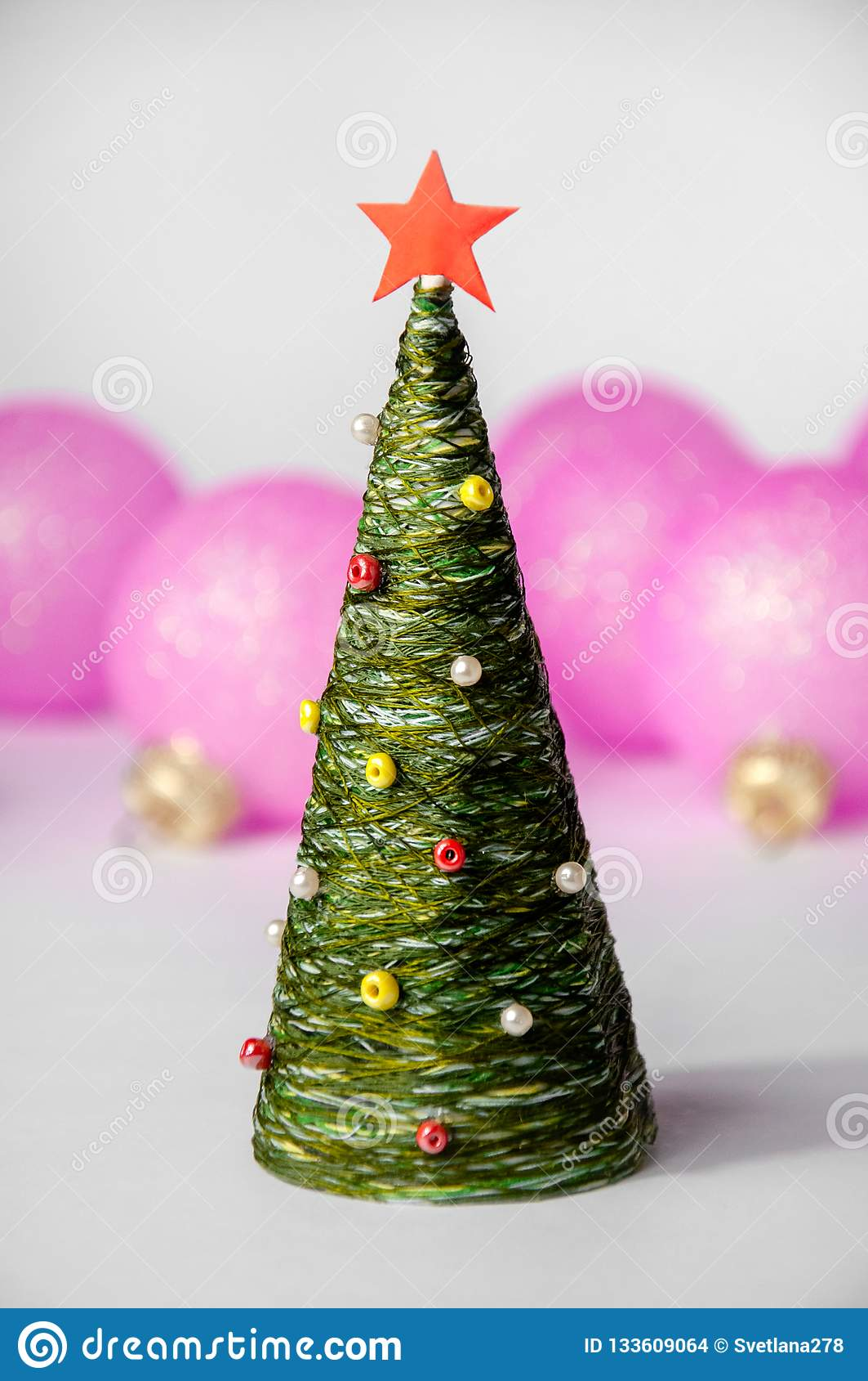 Noël Toy Tree et boules sur le fond clair Composition en vacances de nouvelle année