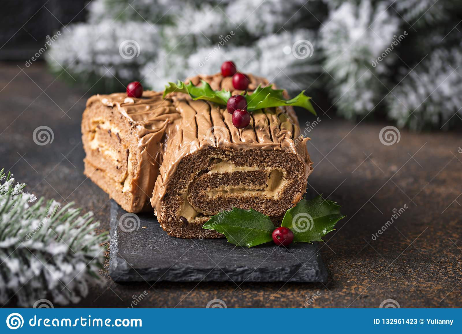 Noël Yule Log Cake Dessert traditionnel de chocolat