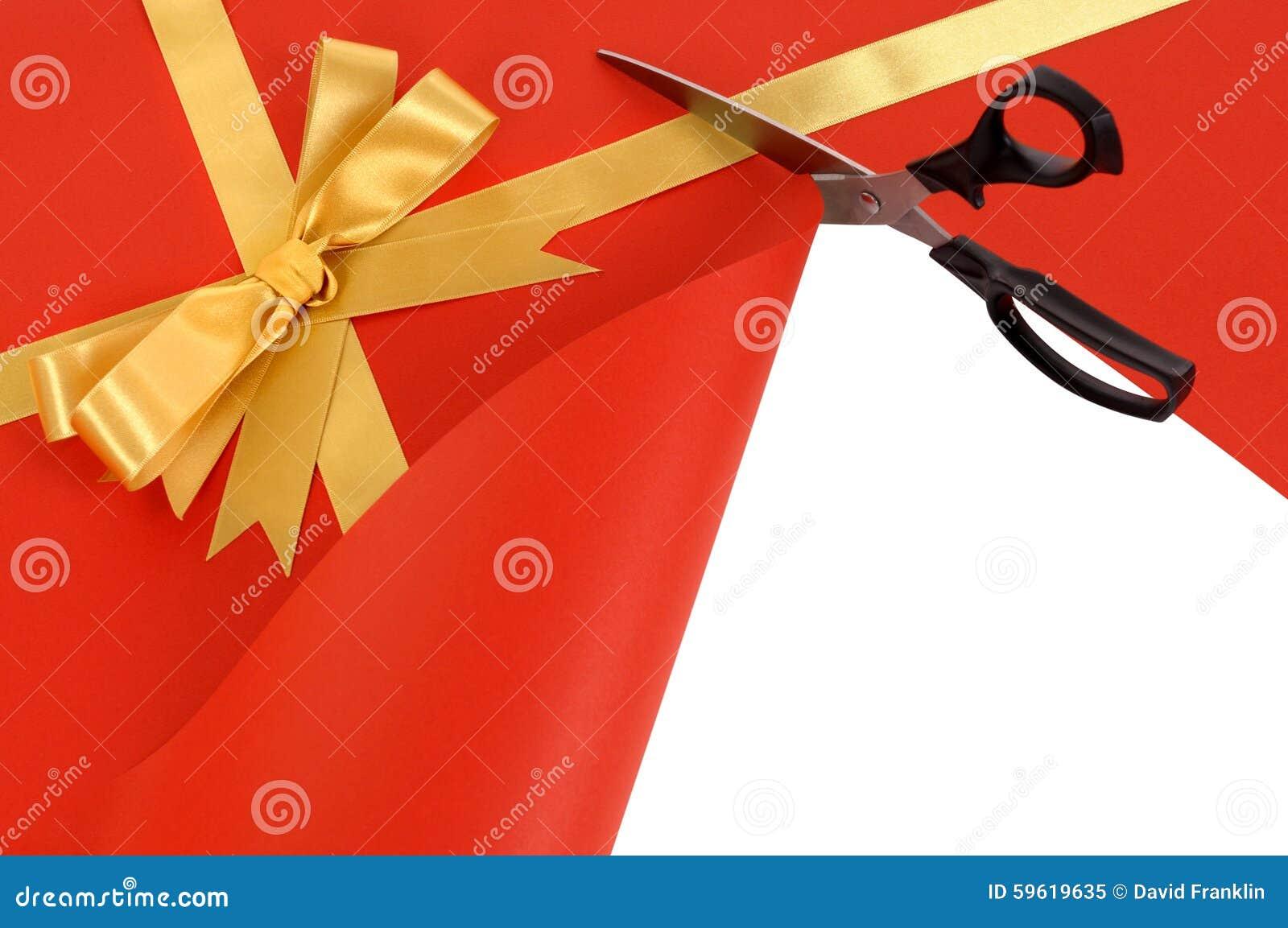 Nożyce ciie czerwonego prezenta opakunku papieru odkrywczego białego tło