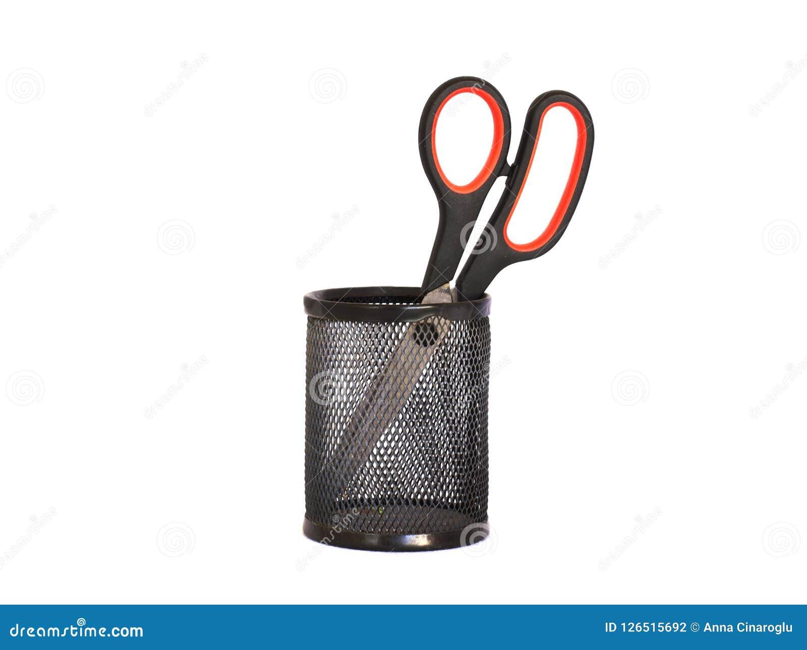 Nożyce z czerwoną rękojeścią w czarnym metalu właścicielu isolate
