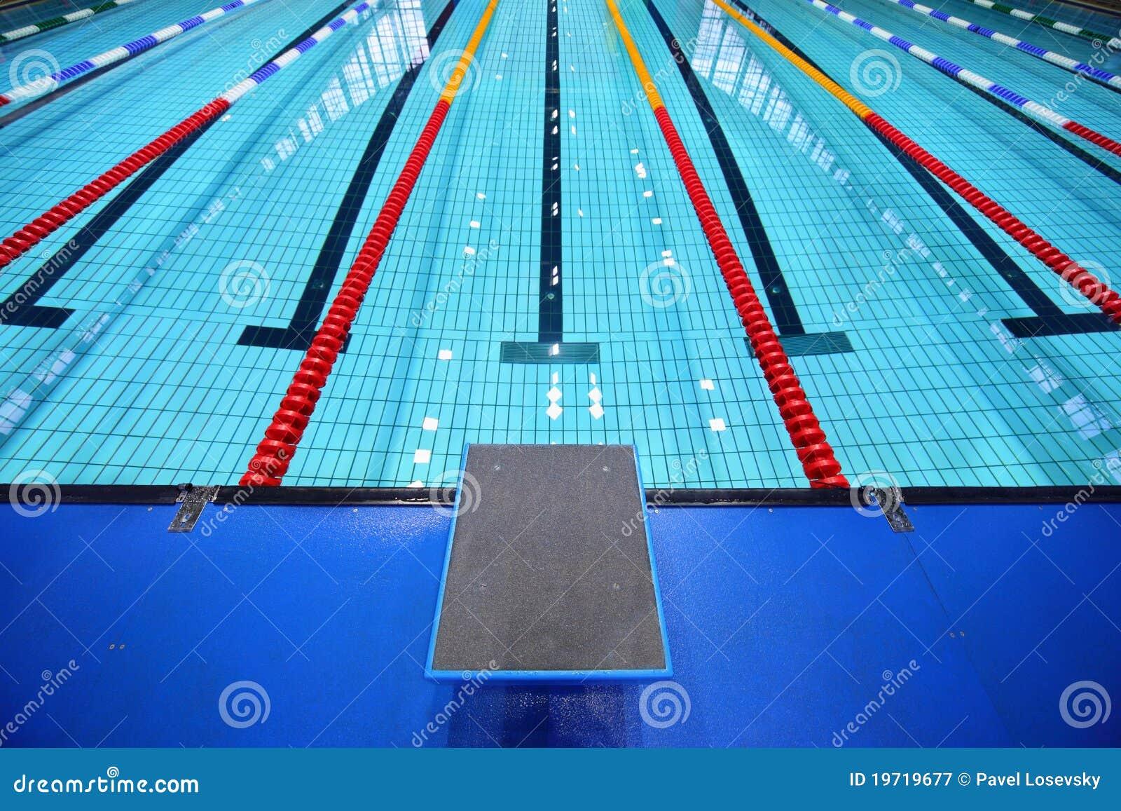 No centro plataforma para o começo na piscina