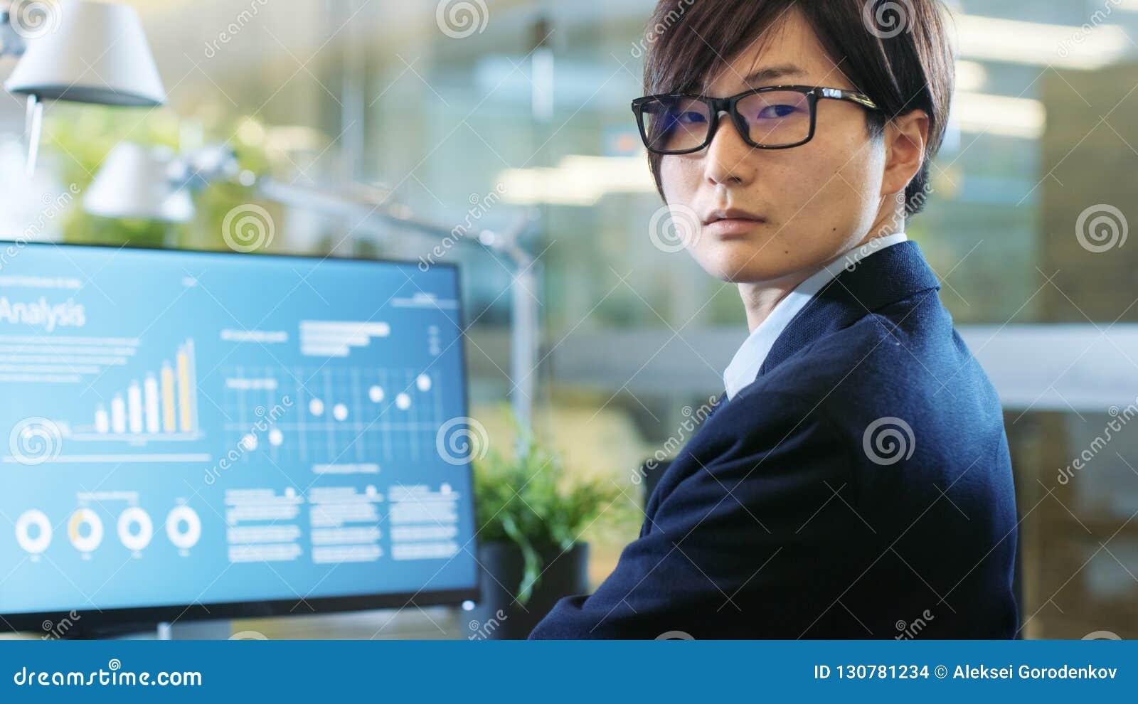 No corretor firme Works do escritório do mercado de valores de ação com estatístico dentro
