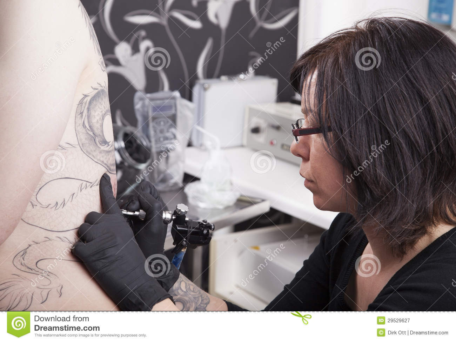 No estúdio do tatuagem