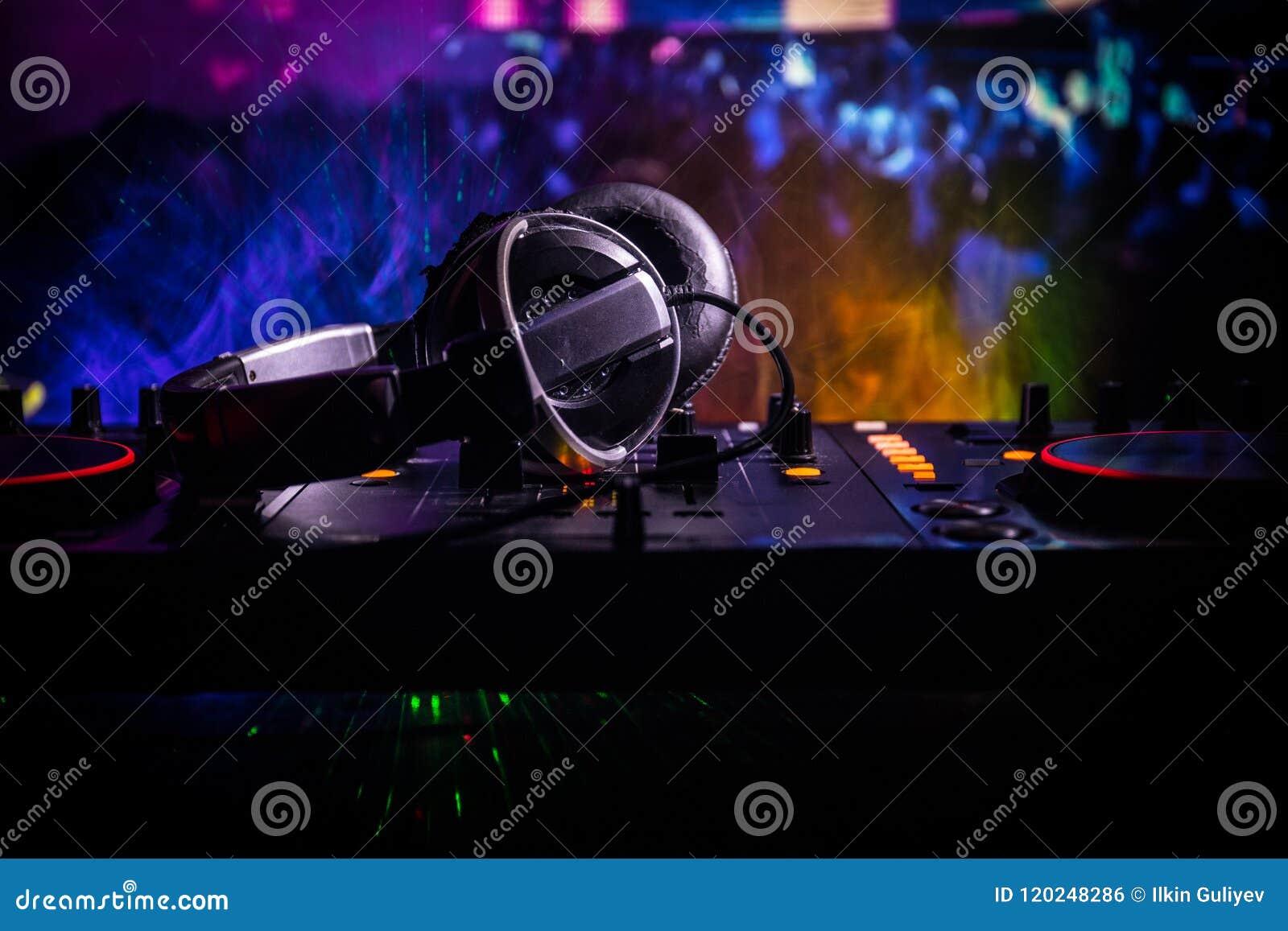 No foco seletivo do pro controlador do DJ O DJ consola a mesa de mistura do disco-jóquei no partido da música no clube noturno co