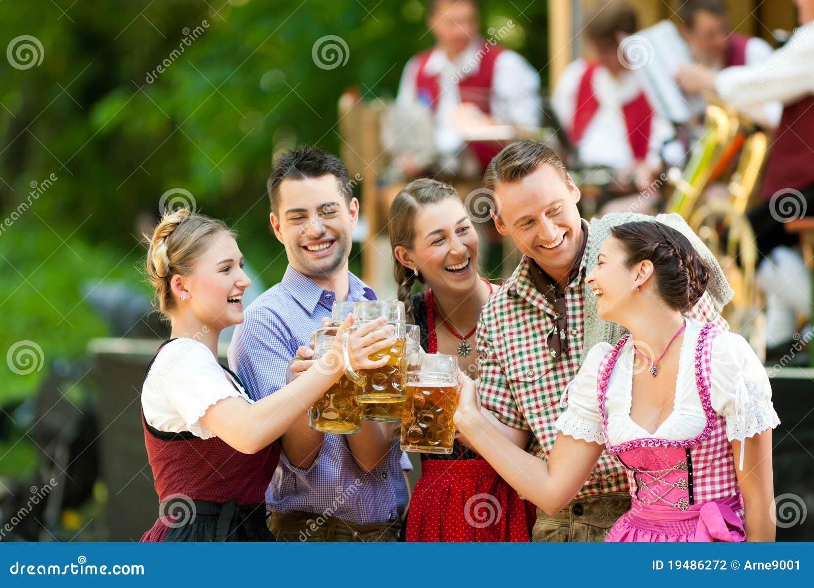 No jardim da cerveja - amigos na frente da faixa