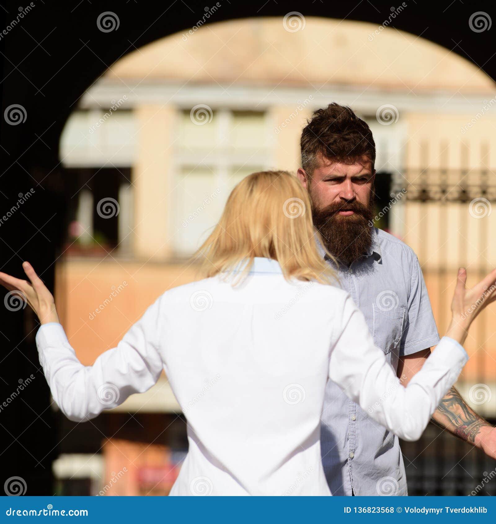 No le entiendo Mujer que grita y que gesticula en el hombre barbudo Pares en el amor que pelea en la calle Conflicto