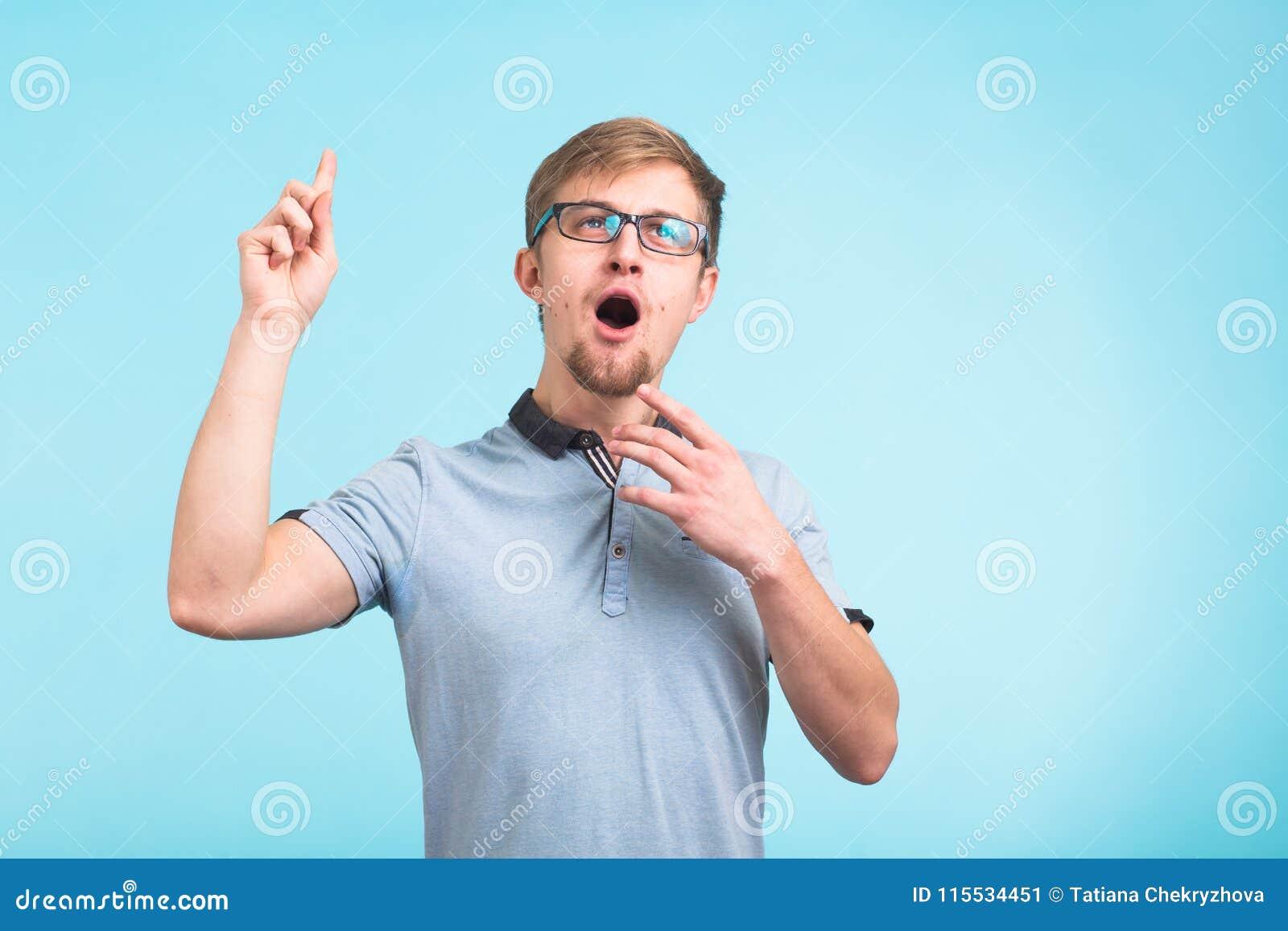 No! no!, rozumiem je Zdziwione młode męskie podwyżki dotykają jak pamiętają coś, odizolowywają nad błękitnym tłem reakcja