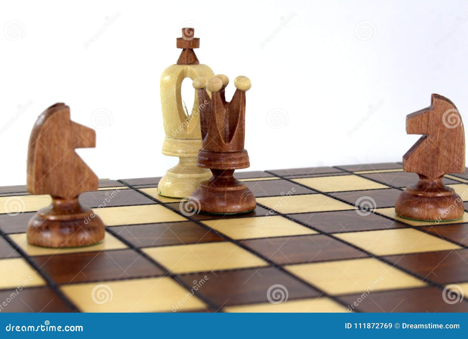 No tabuleiro de xadrez, a rainha e dois cavalos anunciaram uma verificação e uma esteira ao rei branco