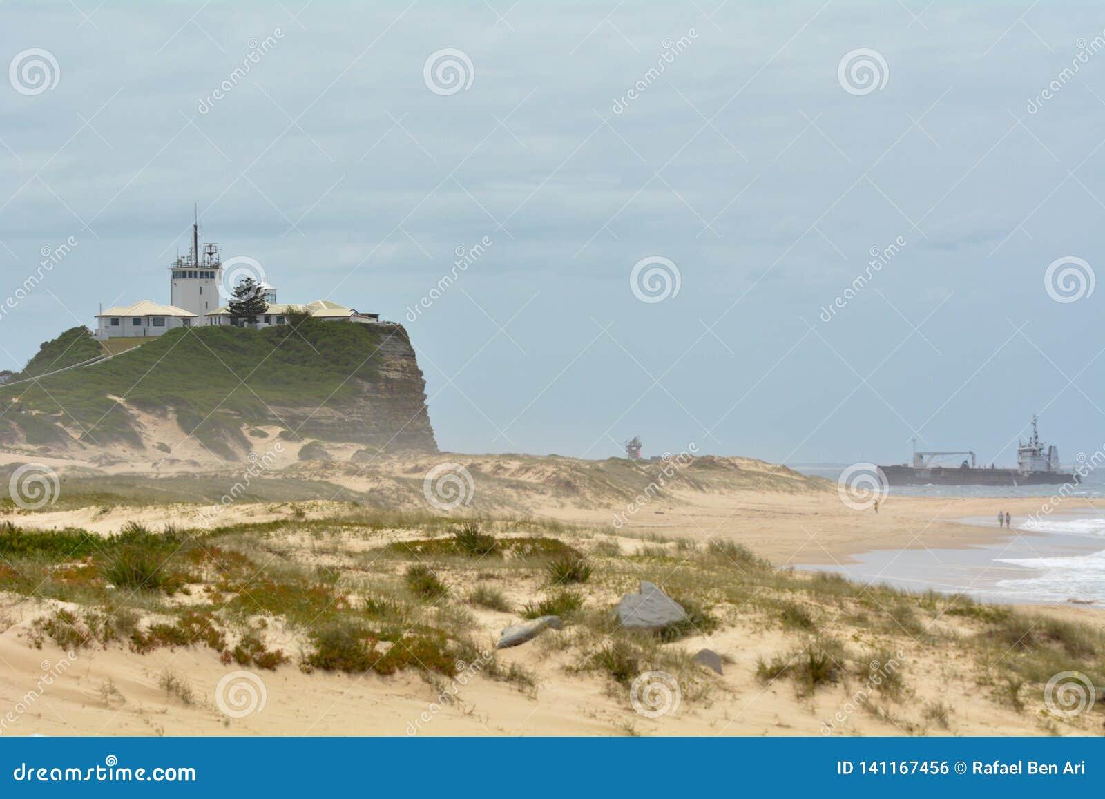 Nobbys plaża i Nobbys latarnia morska w Newcastle Nowych południowych waliach Australia