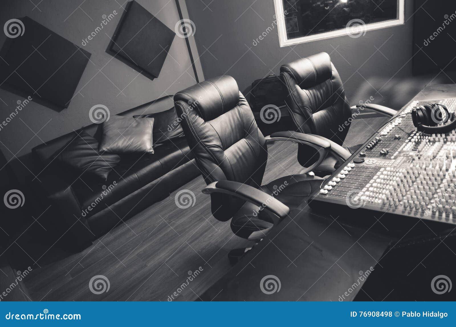 Noble Berufstonstudioeinrichtung, großer Schreibtisch mit mischender Konsole und zwei Stühle, Fenster für vernehmbaren Stand, Sof