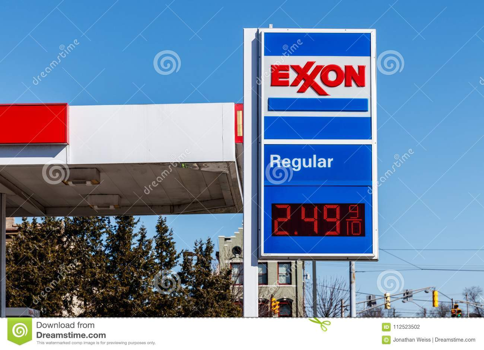 Noblesville - circa marzo de 2018: Exxon Retail Gas Location ExxonMobil es el ` s Largest Oil and Gas Company del mundo II