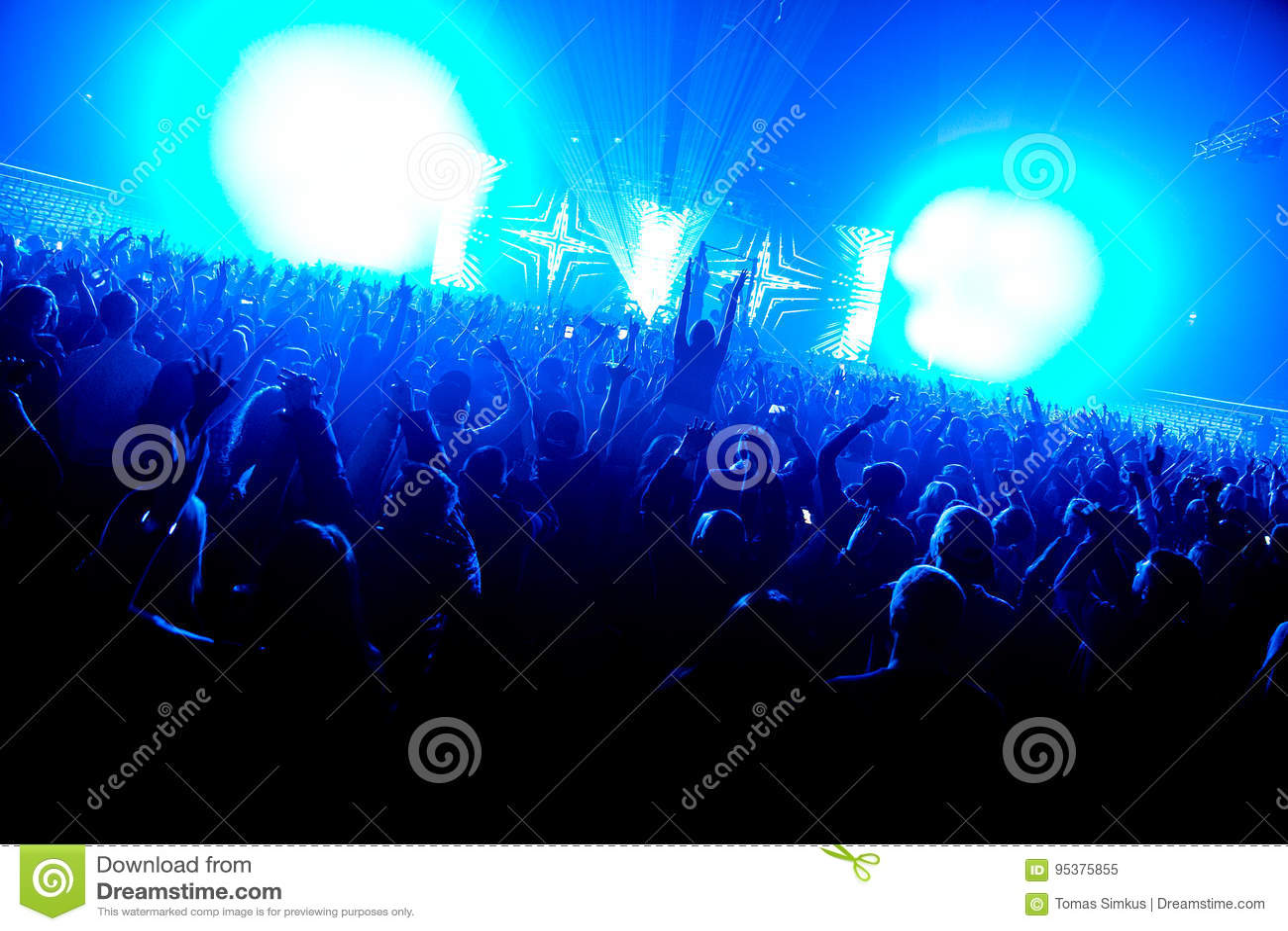 Noc klubu sylwetki tłumu ręki up przy confetti kontrpary sceną