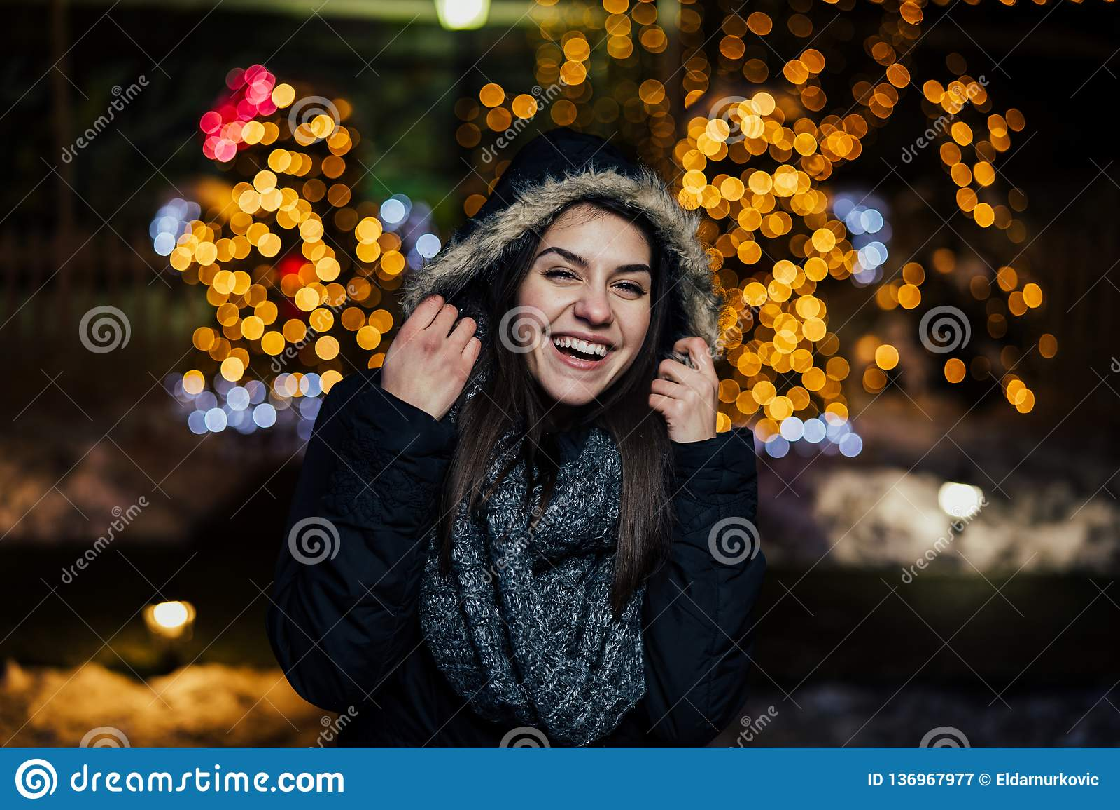 Noc portret piękna szczęśliwa kobieta ono uśmiecha się cieszący się zimę i śnieg outdoors Zimy radość chłopiec wakacji lay śniegu