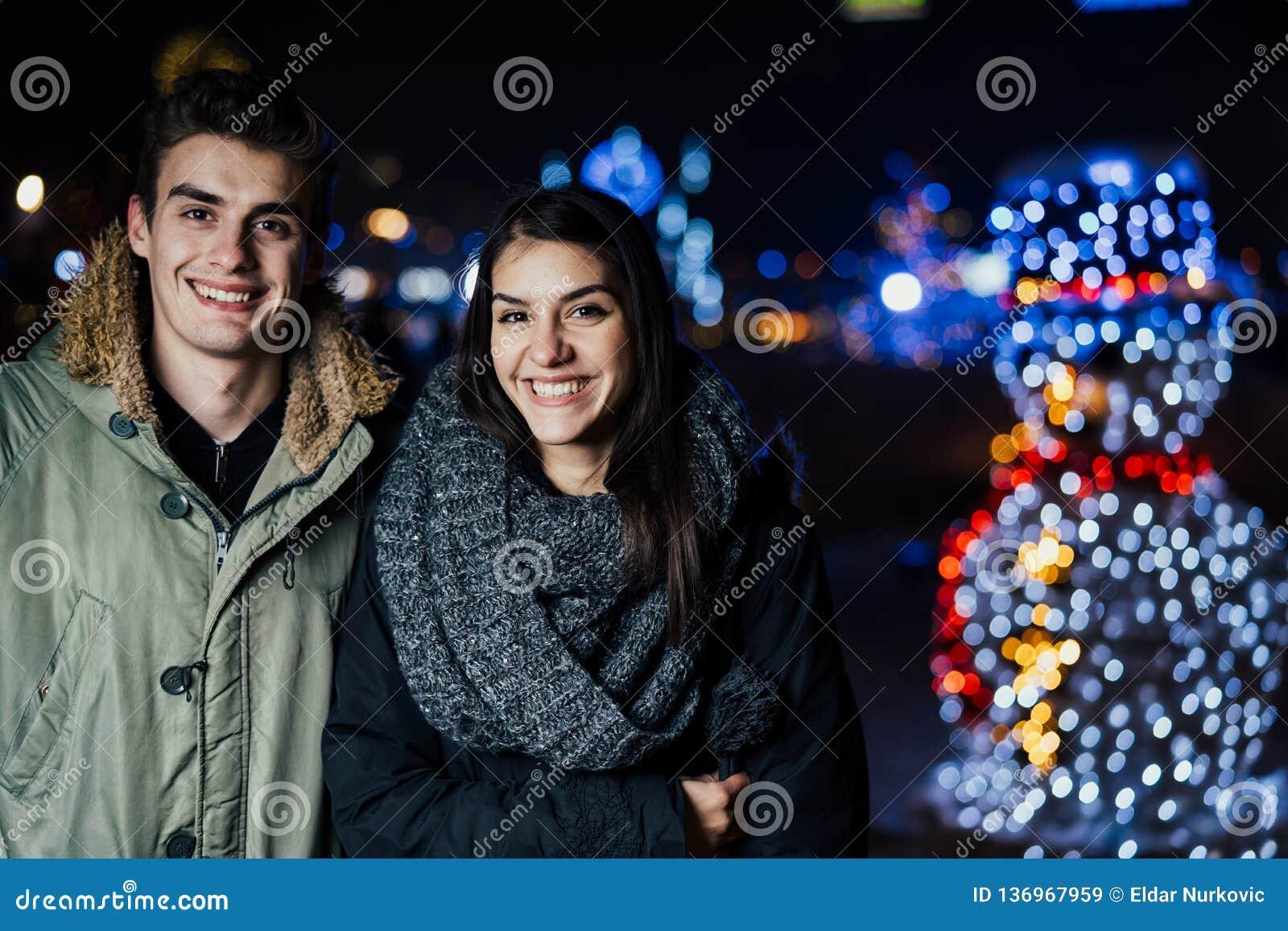 Noc portret szczęśliwa para ono uśmiecha się cieszący się zimy i śniegu aoutdoors Zimy radość pozytywne emocje Szczęście