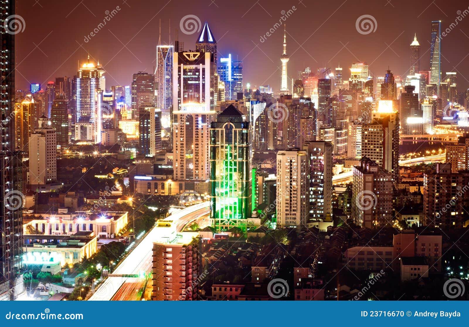 Noc pudong Shanghai linia horyzontu