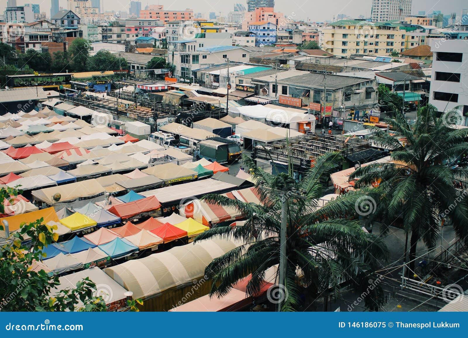 Noc rynek w Tajlandia, pokojowa atmosfera w dniu
