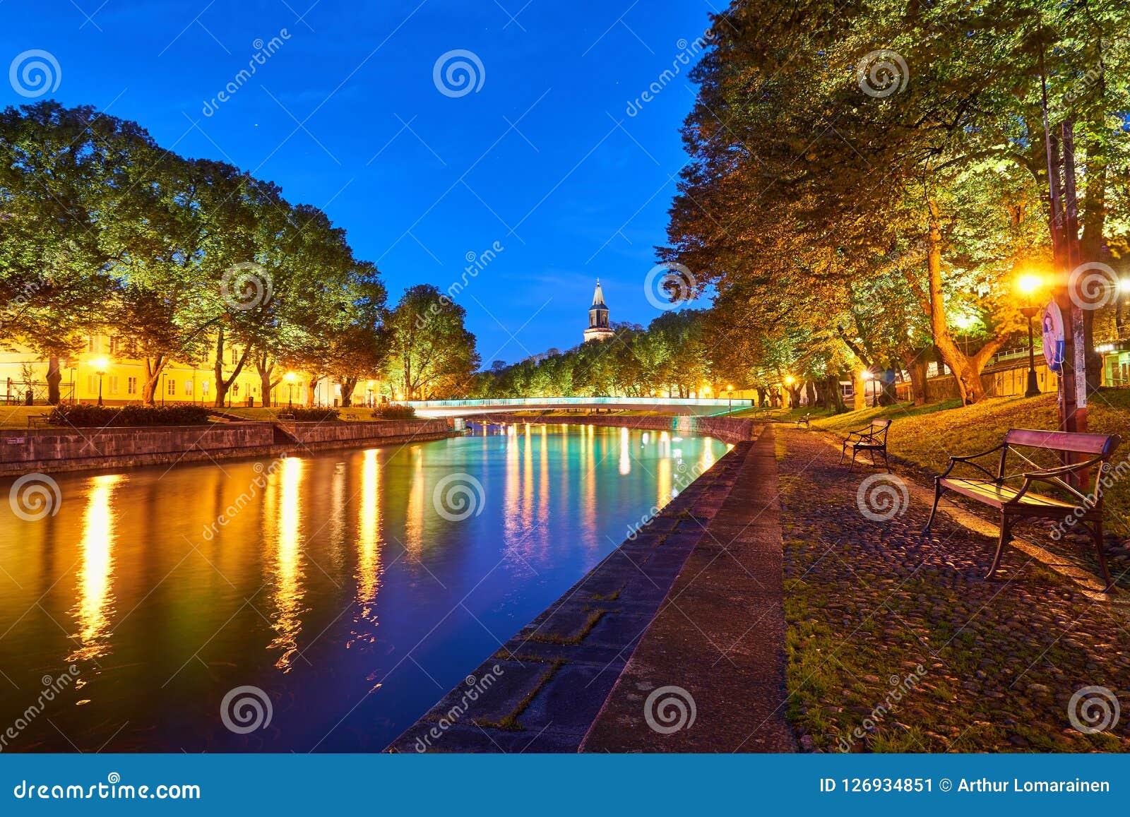 Noc widok aury rzeka w Turku, Finlandia