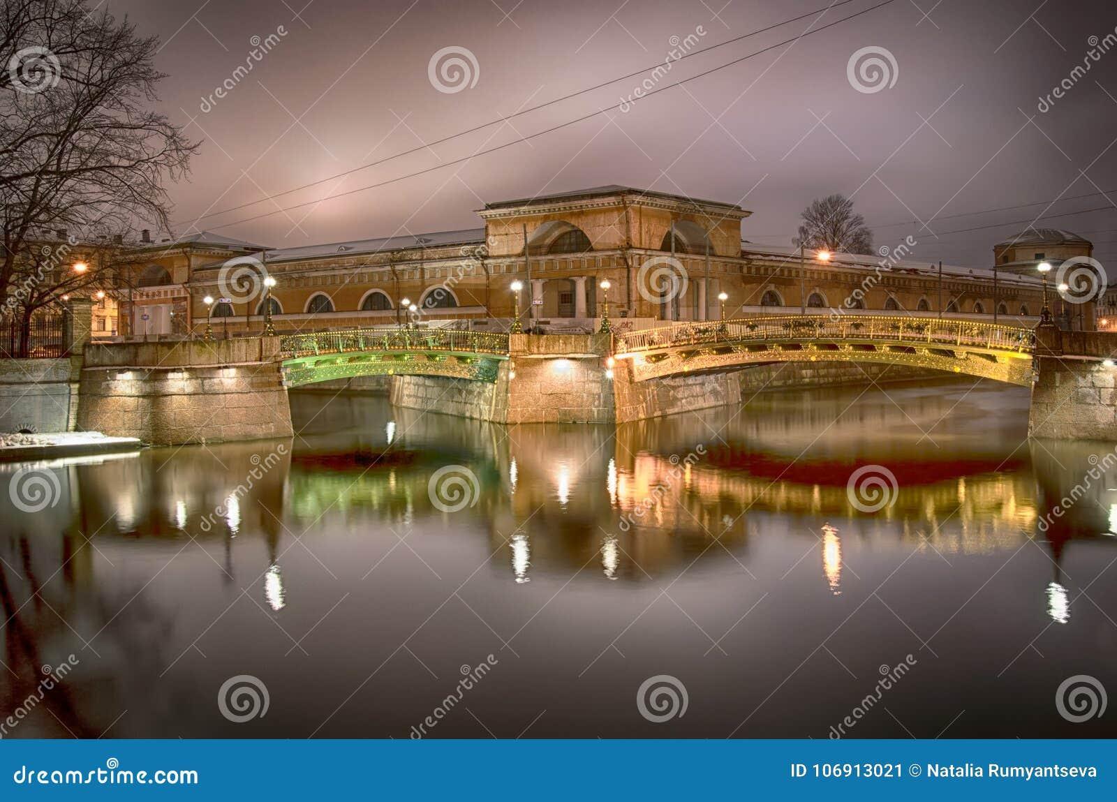 Noc widok dwa mosta w StPetersburg Rosja