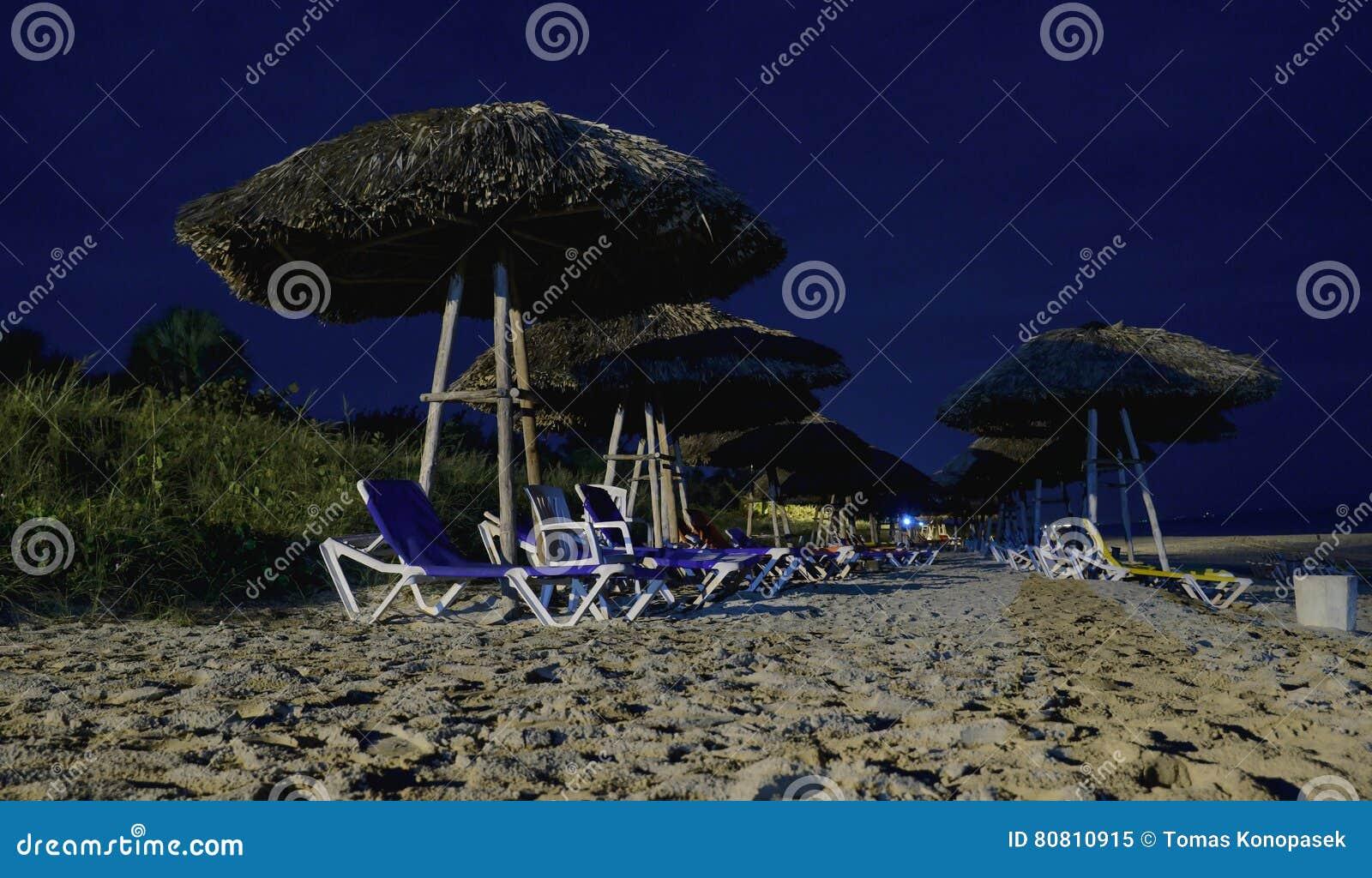 Noc widok krzesła i parasole