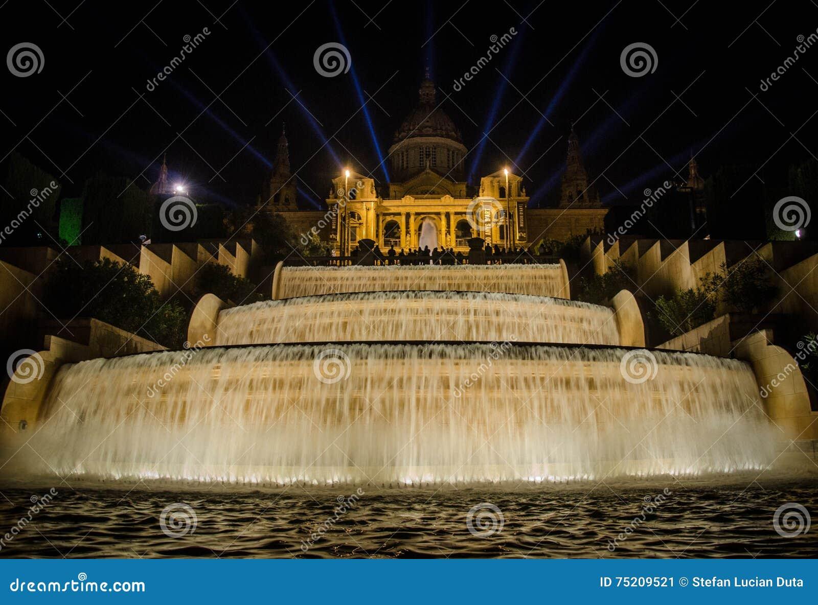 Noc widok Magiczny fontanny światła przedstawienie w Barcelona