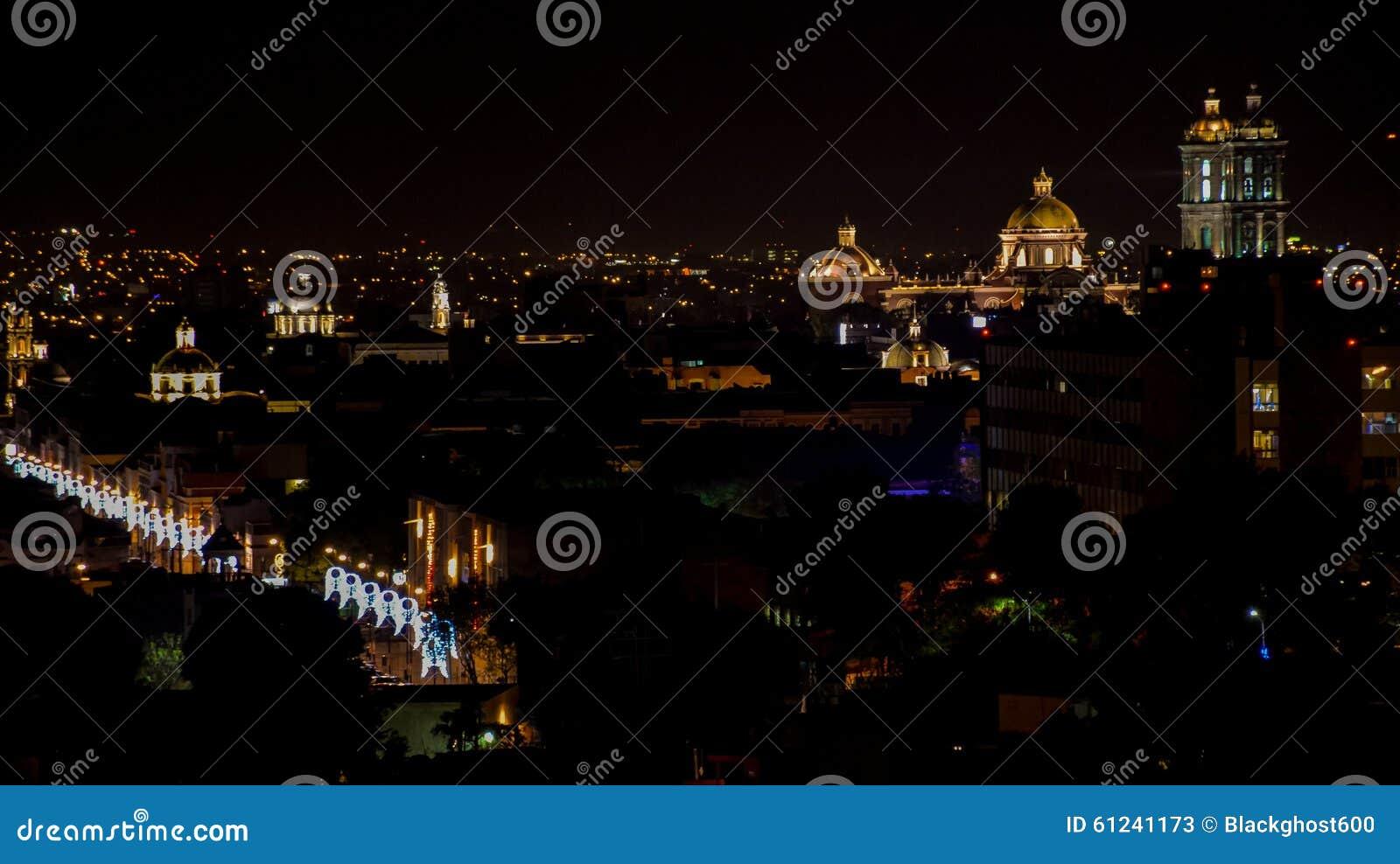 Noc widok Meksykański miasto Puebla