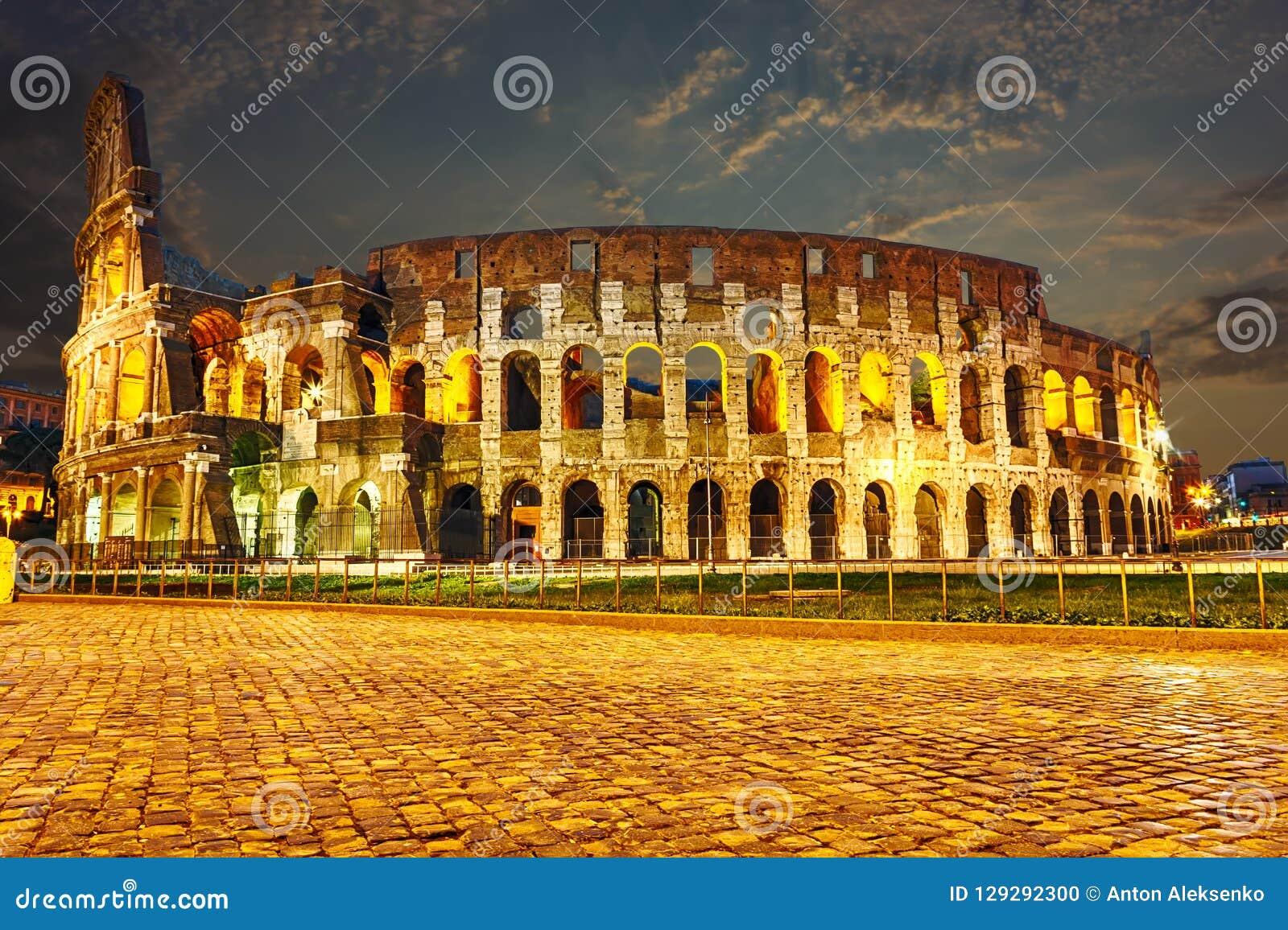 Noc widok na Colosseum w Rzym