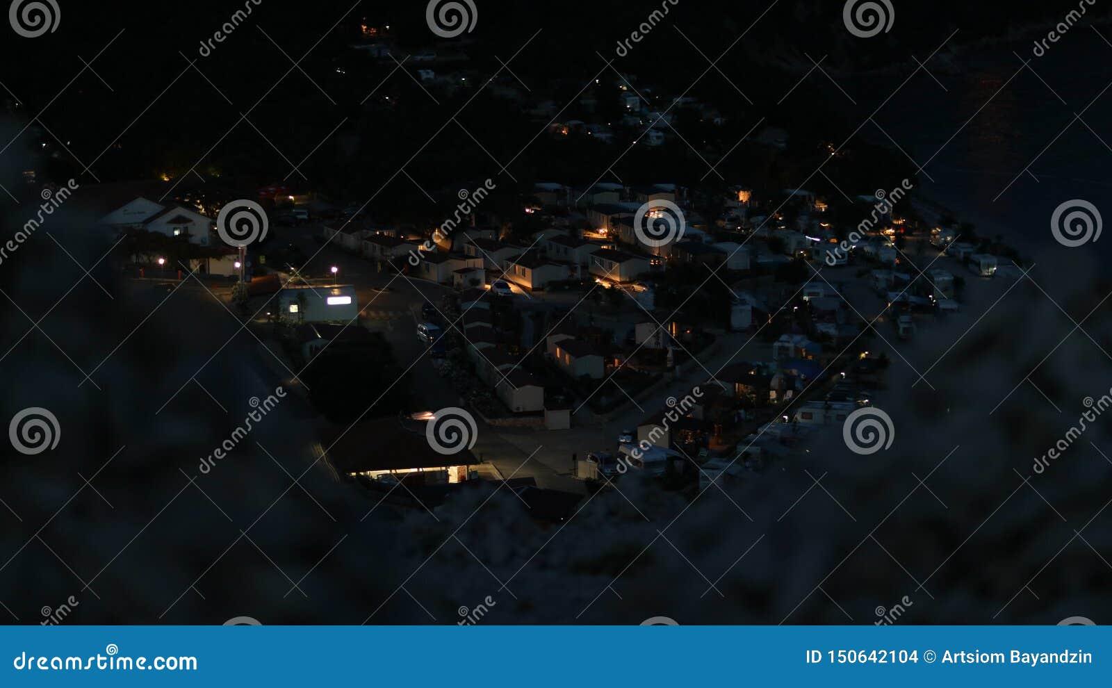 Noc widok na samochodach obozuje od skalistego wzgórza w Chorwacja
