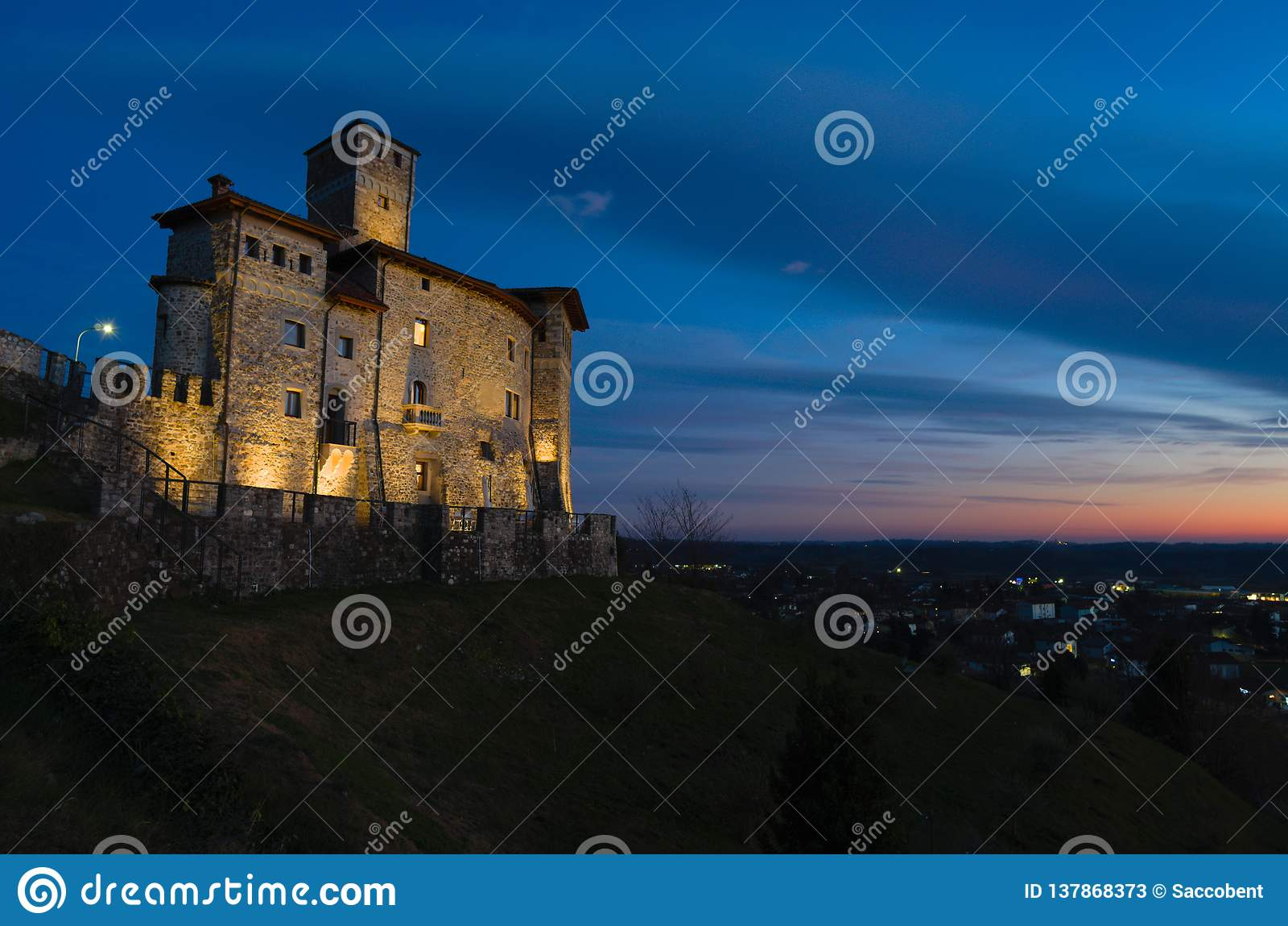 Noc widok Savorgnan's kasztel w Artegna