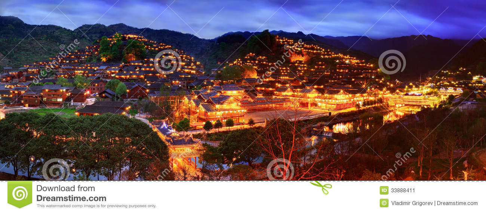 Noc widok wielka etniczna wioska w Południowo-zachodni Chiny.