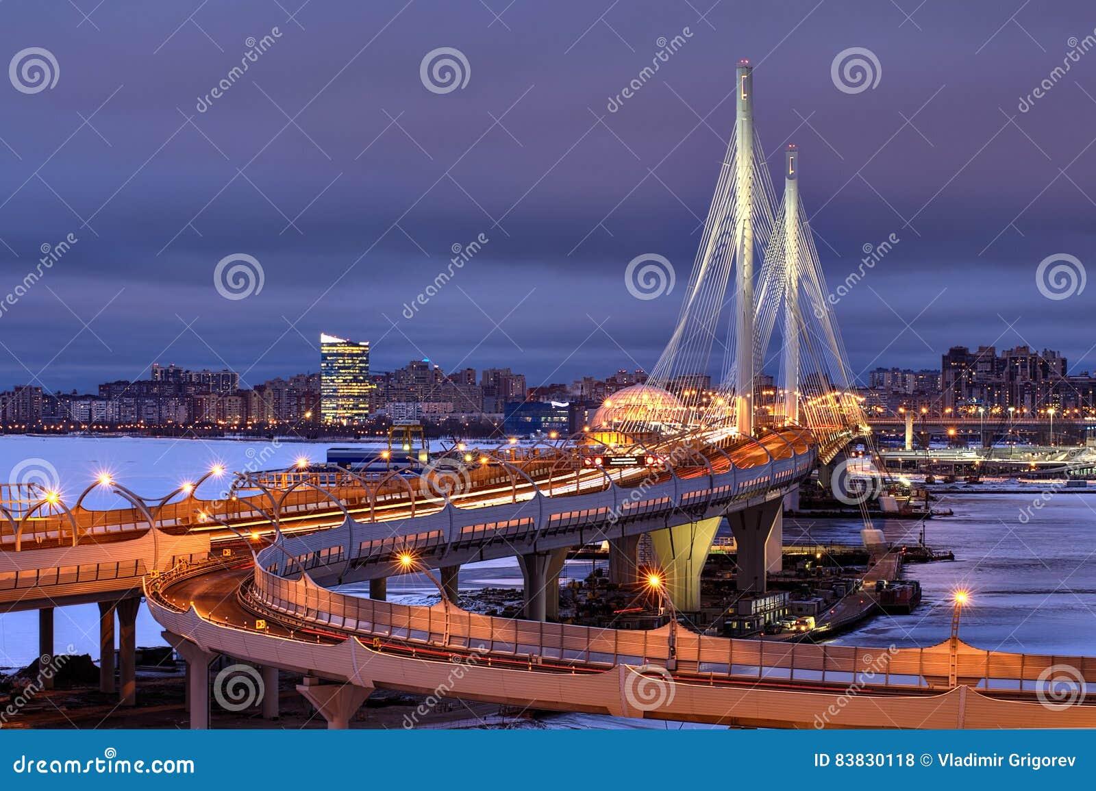 Noc widoku Petrovsky farwater zostający Bridżowy, St Petersburg