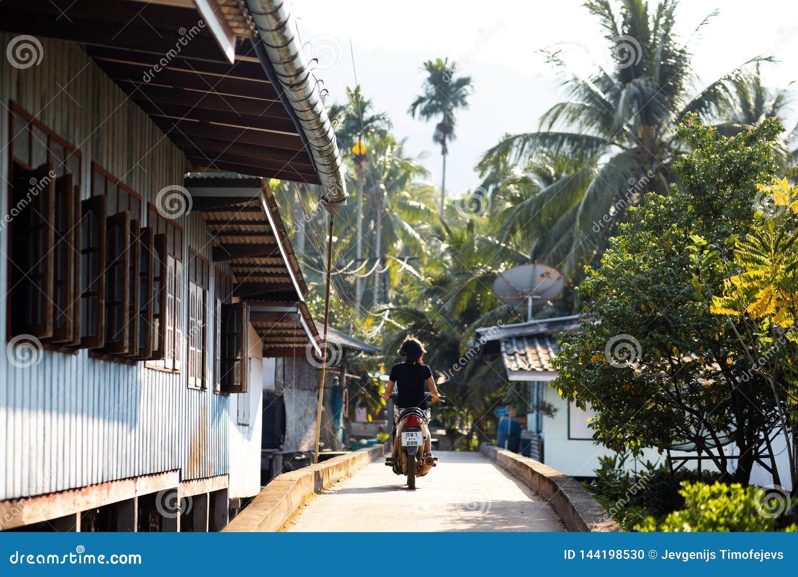 NOCAUTE CHANG, TAILÂNDIA - 10 DE ABRIL DE 2018: A vila dos pescadores tradicionais autênticos na ilha - povos e crianças dentro