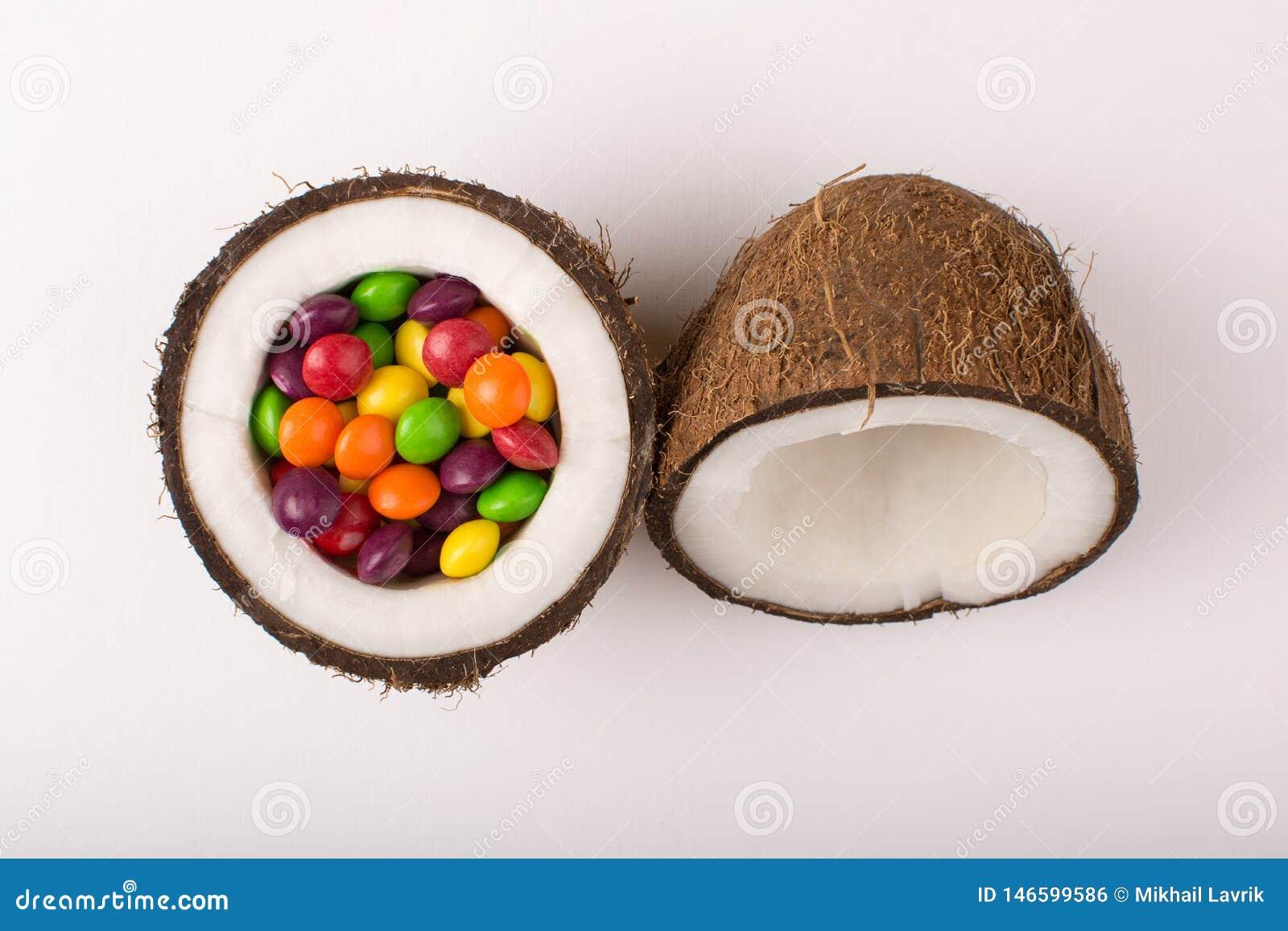 Noce di cocco con le caramelle variopinte