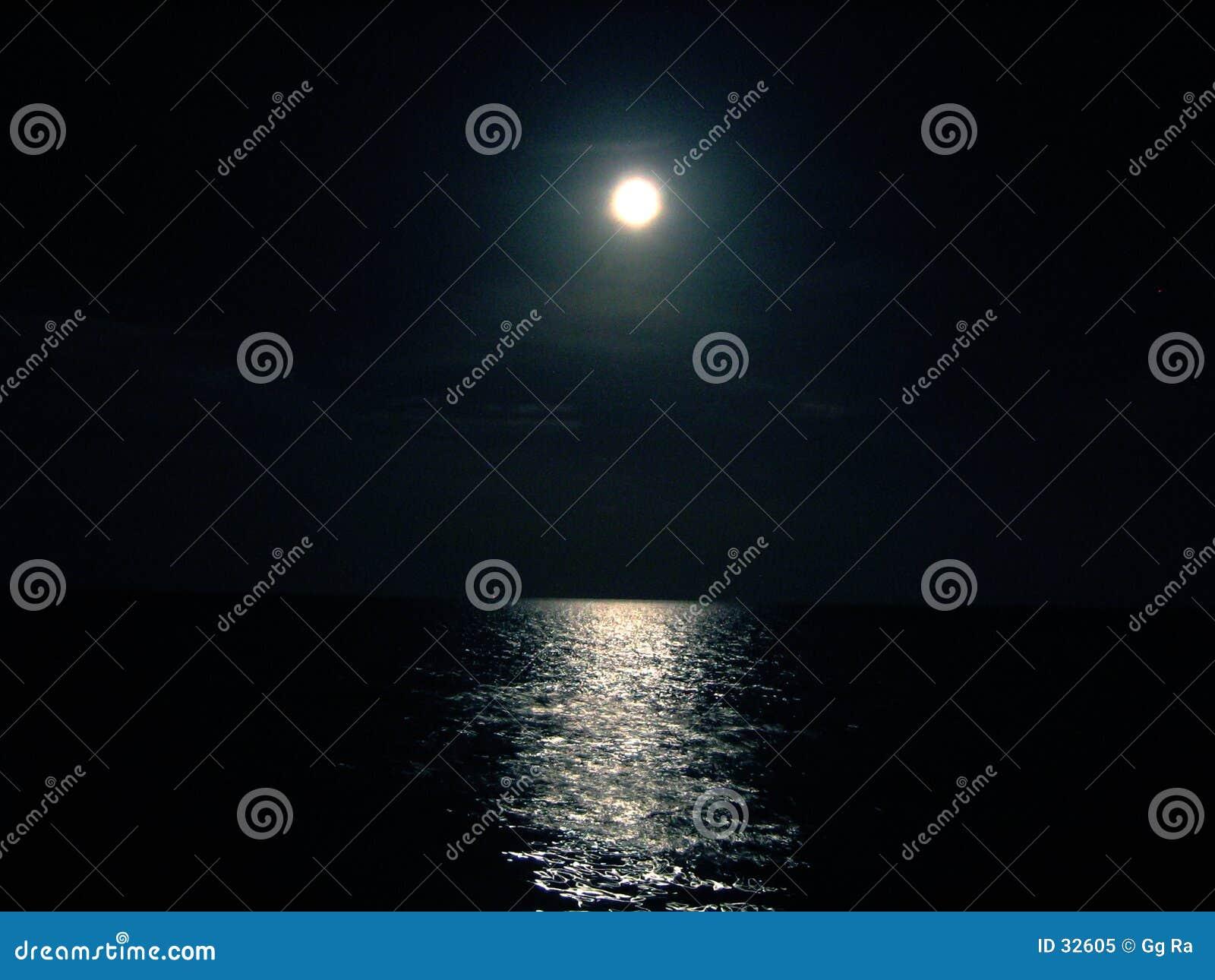 Download Noche De La Luna Y Del Océano Imagen de archivo - Imagen de horizonte, brillo: 32605