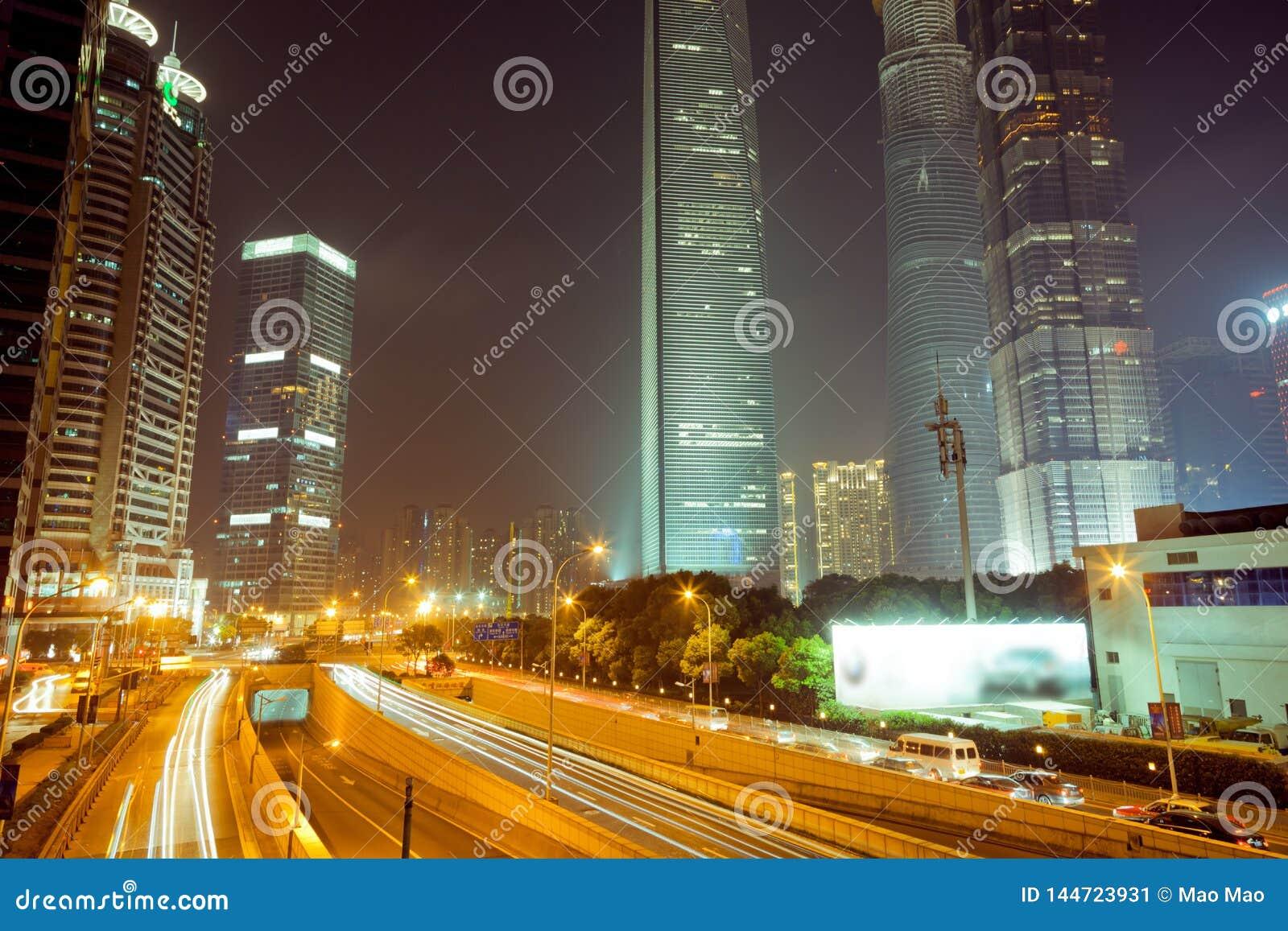 Noche de Shangai Lujiazui del chino Vea la noche en el puente chino de Shangai Lujiazui
