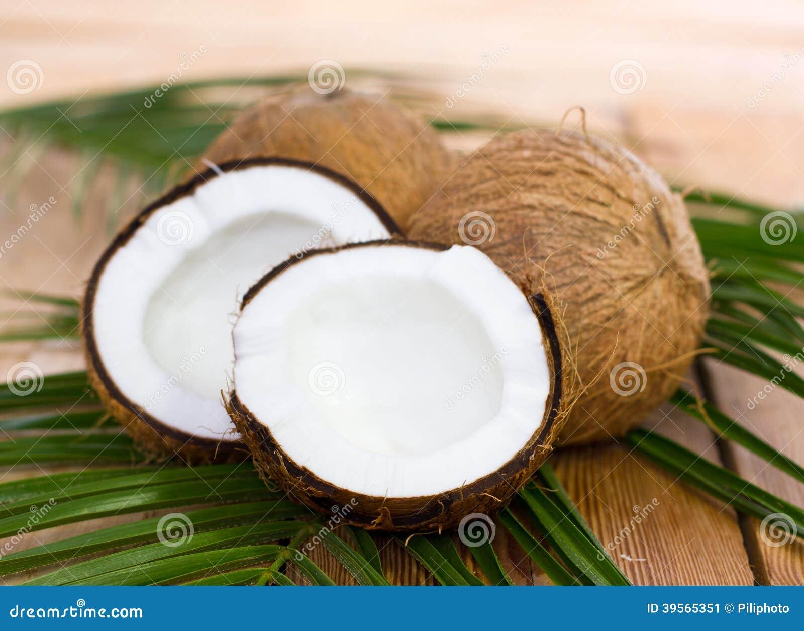 Noci di cocco fresche sulla tavola